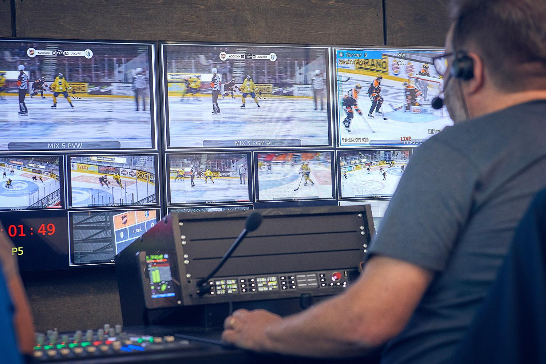 Full koncentration är det som gäller när matcherna är i gång. Och behöver man kommunicera med någon annan del i produktionskedjan är det bara att sträcka sig efter mikrofonen ansluten till Riedels intercom-system Artist.