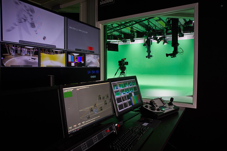 Vy inifrån kontrollrummet intill den virtuella studion. Genom Broadcast Solutions arbete har operatörens arbetsbörda reducerat till blott ett (1) knapptryck för att sköta magin bakom teleportering och visuella inslag.
