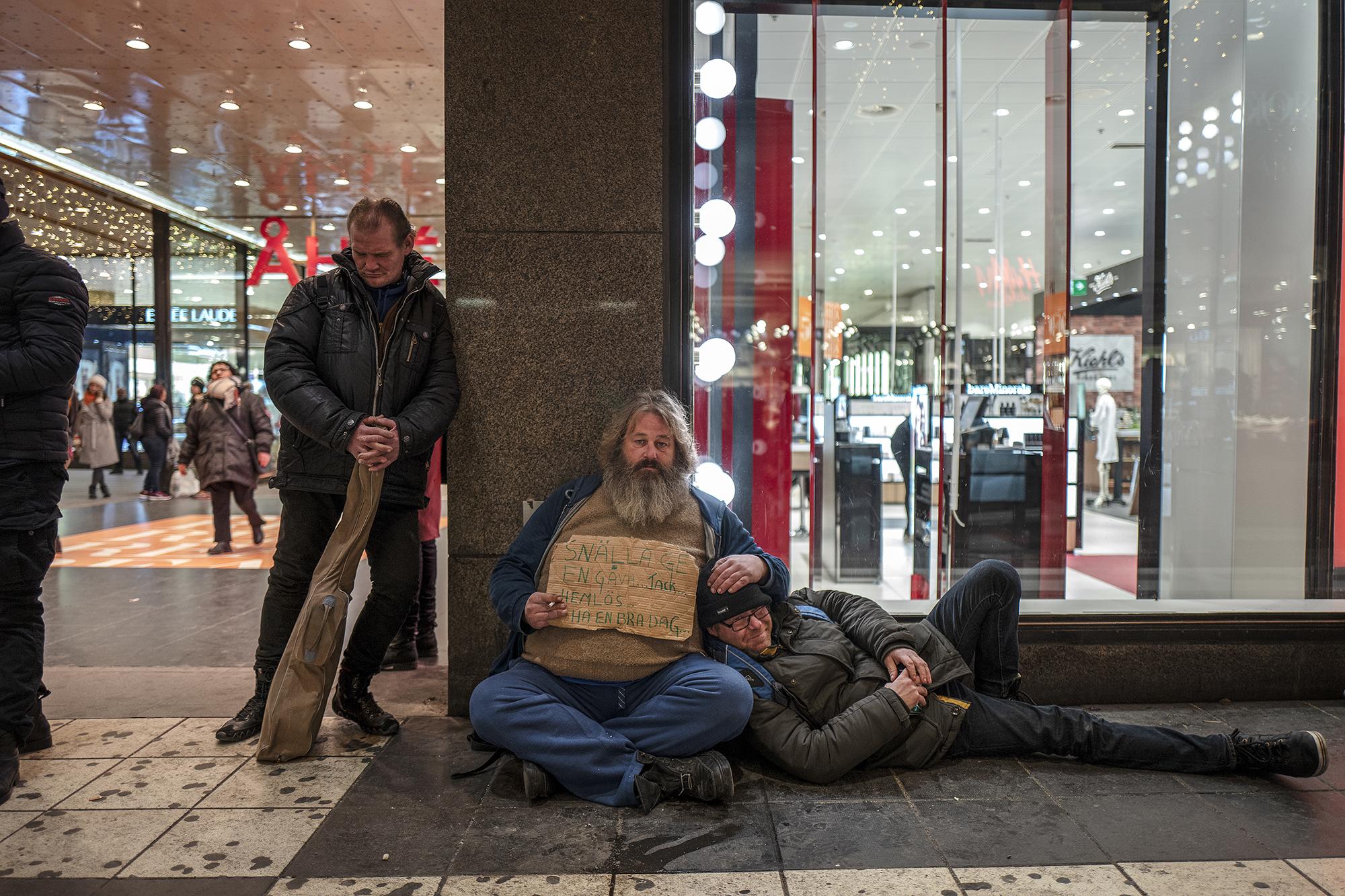 Elvis-Janne, Bamse och Thomas är hemlösa och lever på Stockholms gator. Thomas har Christoffer daglig kontakt med och Bamse träffar han med jämna mellanrum. Foto: Christoffer Hjalmarsson