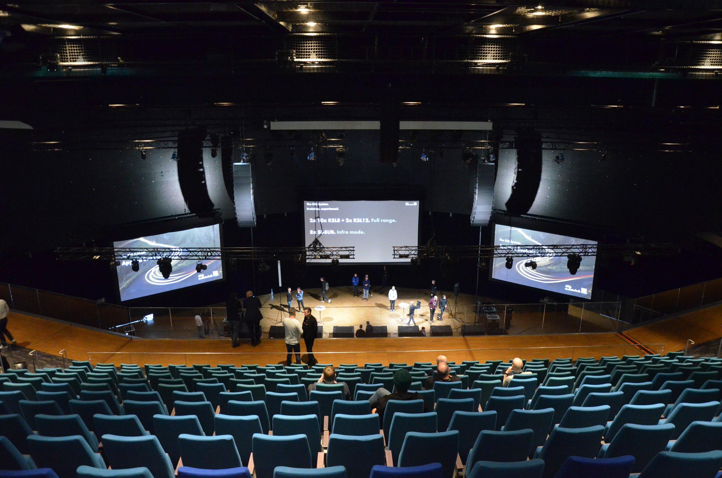Från våningen nedanför och upp till den stora kongresshallens balkong strömmade ljudet från de två upphängda KSL-arrayerna.