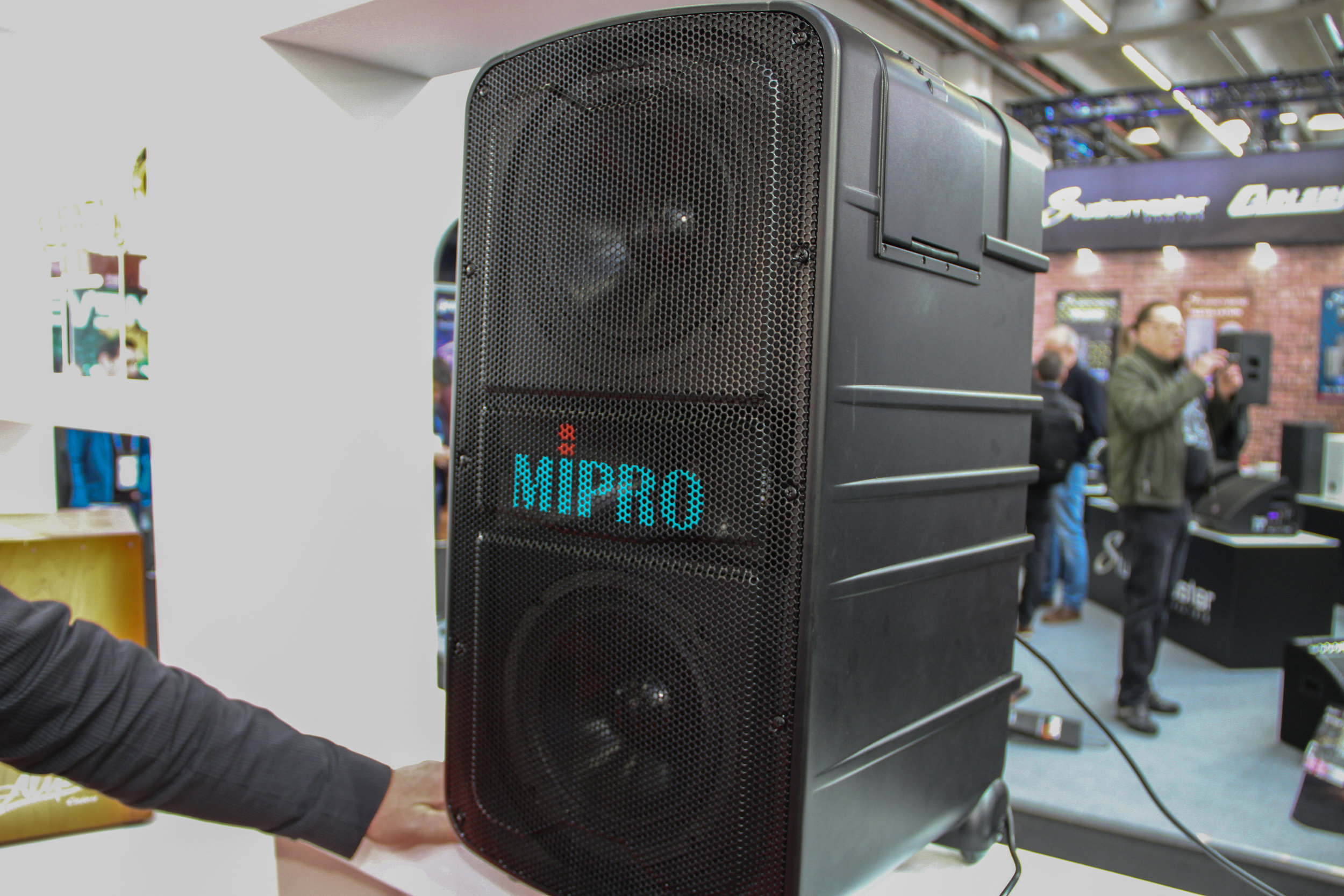Taiwanesiska Mipro radade upp sin serie portabla, trådlösa PA-system, MA. Till denna introducerade man tre nya mottagarmoduler.