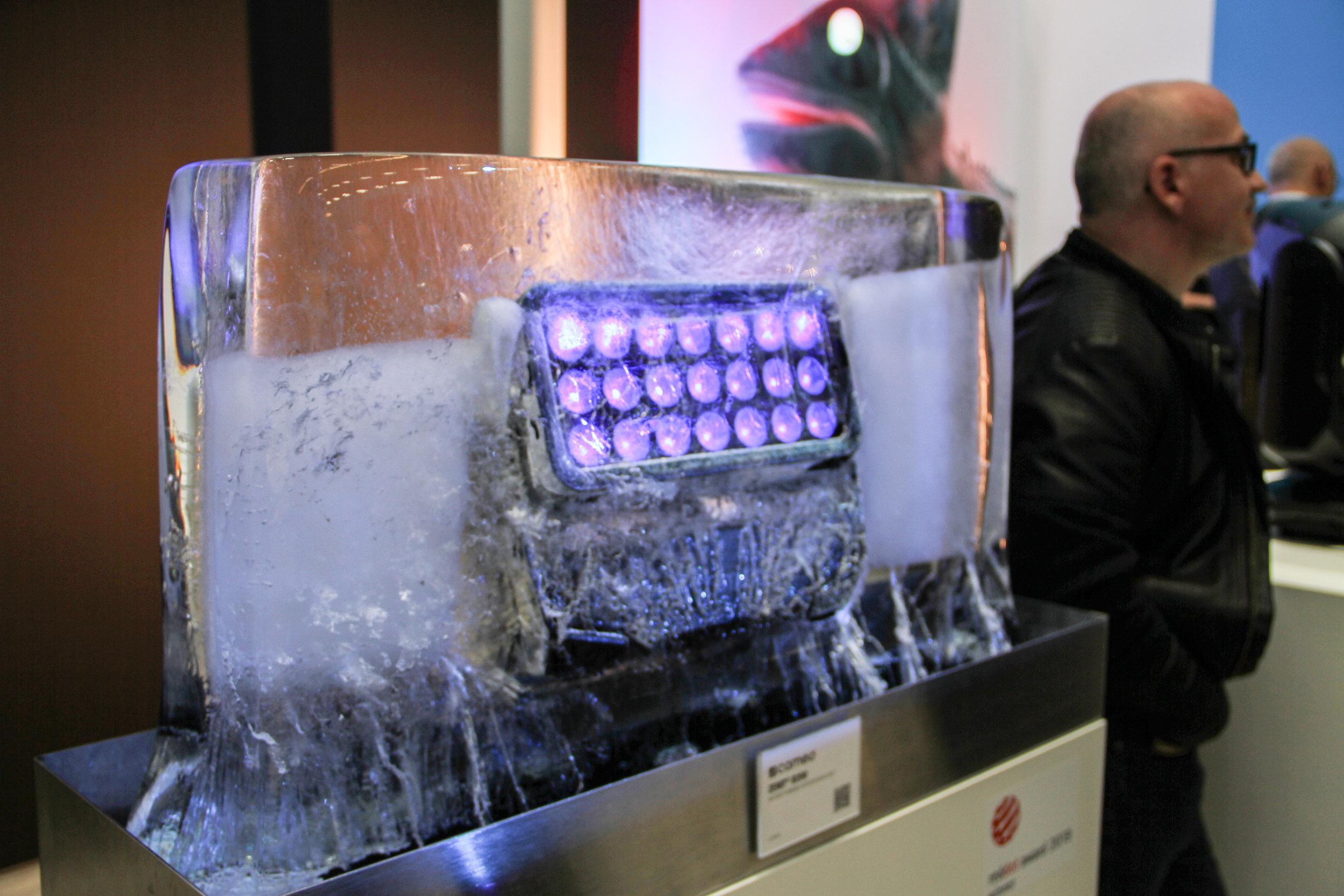 Adam Hall-ägda Cameos nya wash-fixtur Zenit W300 – här infrusen i ett isblock för att demonstrera IP65-klassificeringen.