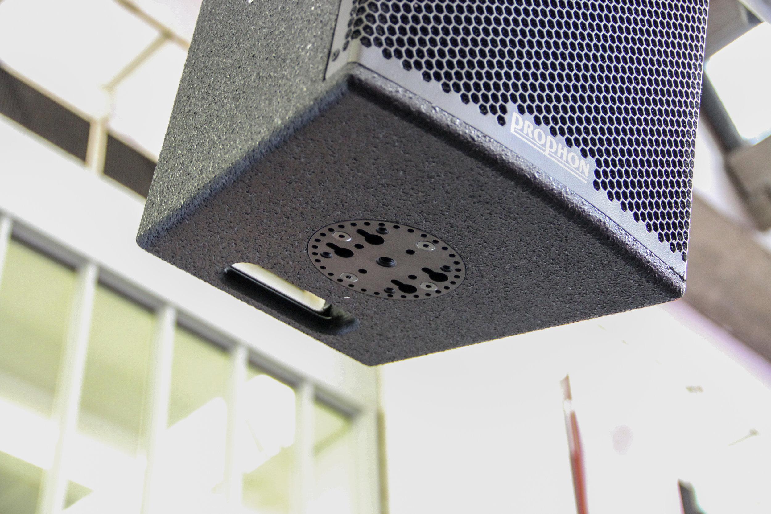 Ett snabbfäste med klick-i-beslag gör att PX-serien kan hängas på, lutas och justeras på bara några sekunder.