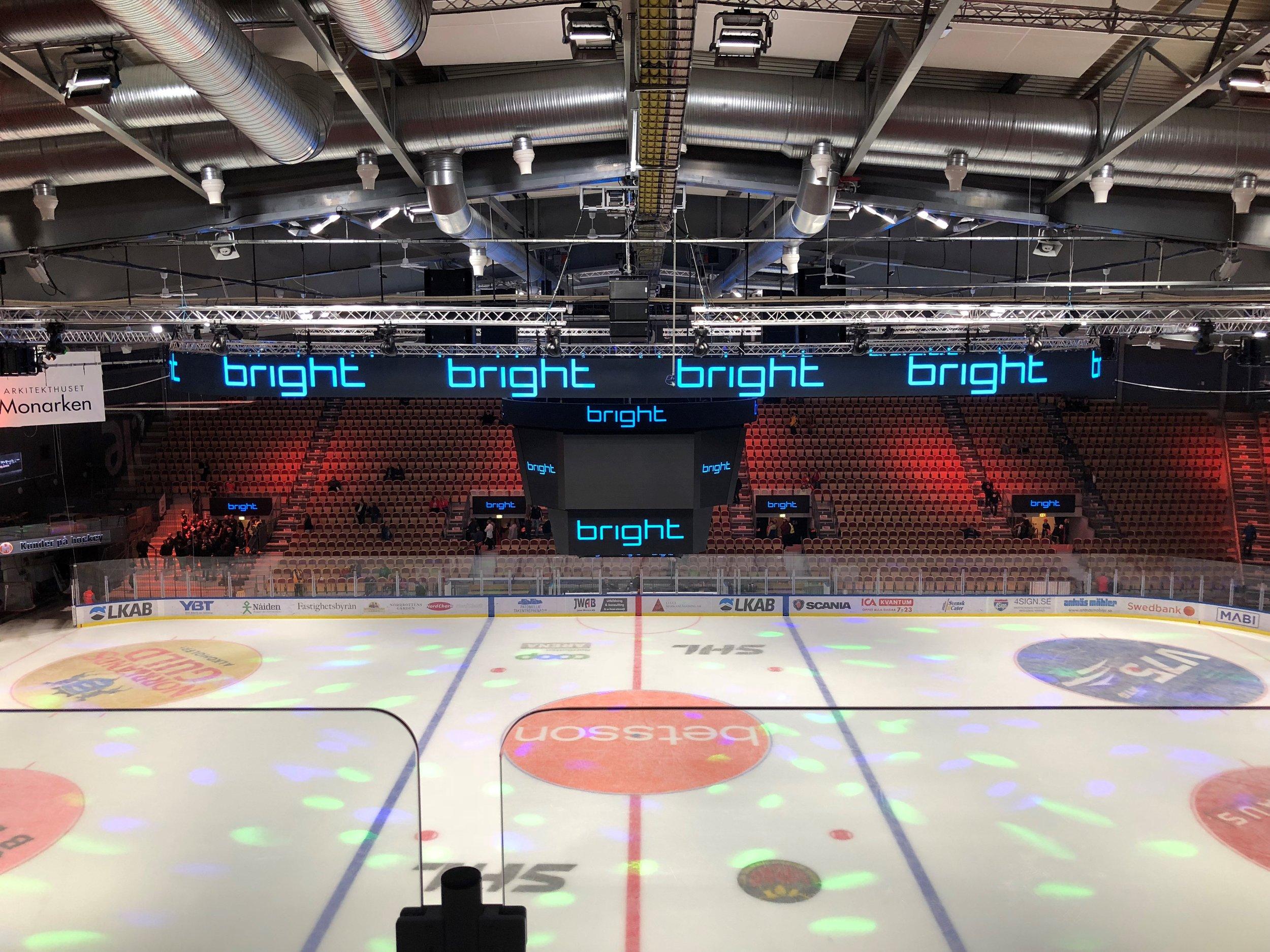 Första utmaningen var att hockeyskolan skulle börja med isläggningen redan under juli och vår InfiLED-oval på 150 kvadratmeter, för bildsättning ovanför arenan, måste monteras innan isen läggs, berättar John Wettersten.