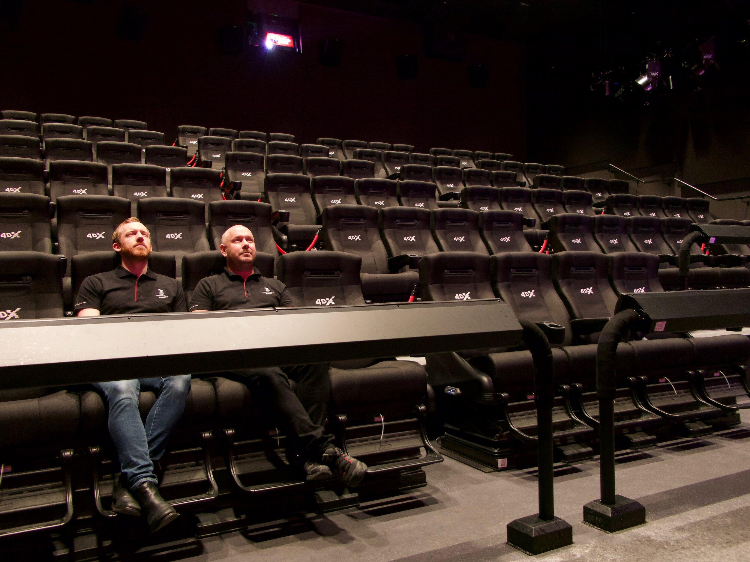 Att sätta sig i fåtöljen på Nordisk Film Bio i stadsdelen Gränby i Uppsala är något utöver det vanliga. Vi träffar Fredrik Andersson (t.v.) och Niklas Gustavsson för en guidad tur genom tekniken bakom 4DX-systemet, för att till slut själva ta plats i biostolen.