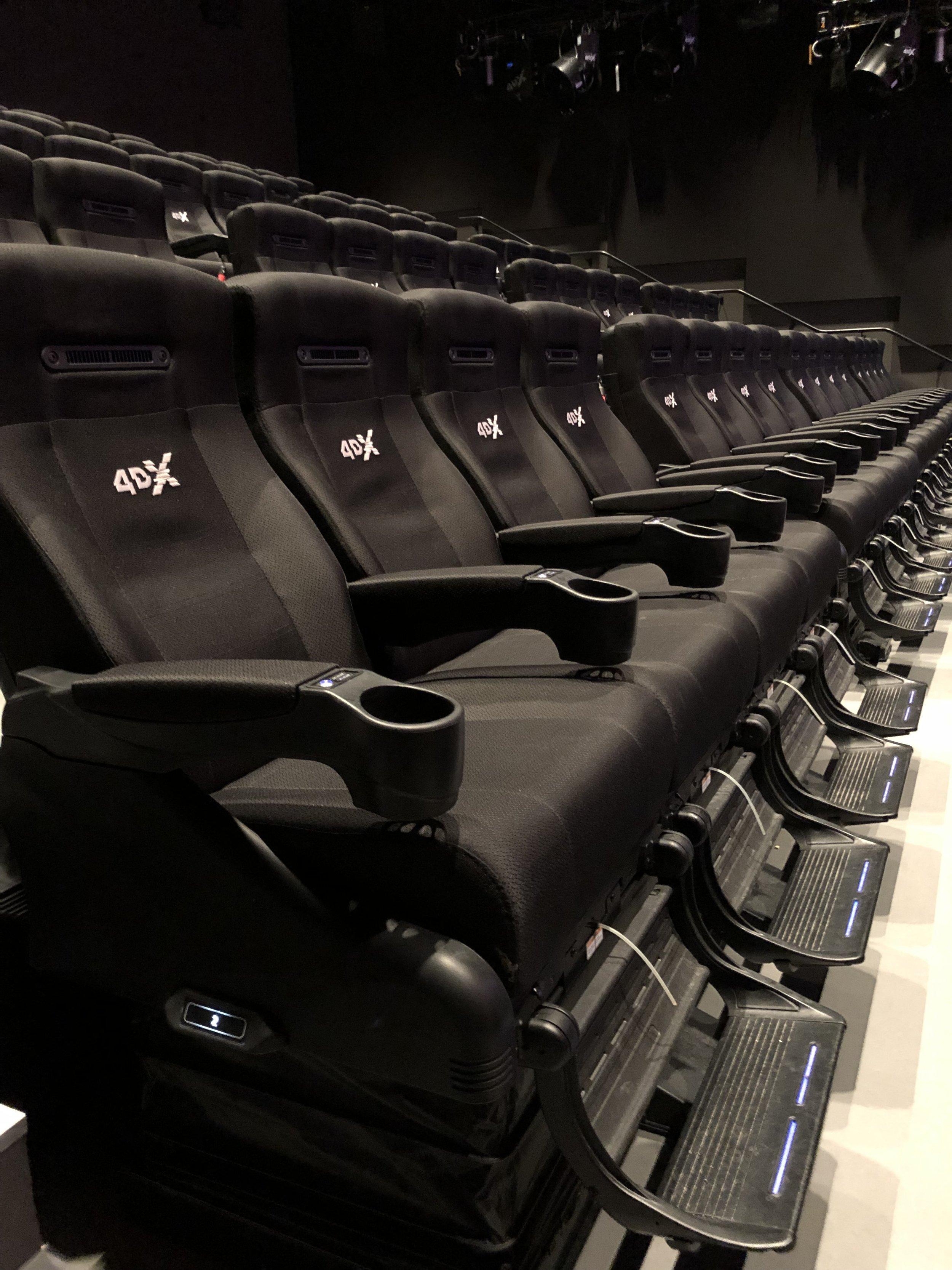 Stolarna i 4DX-salongen är fullpackade med upplevelser.