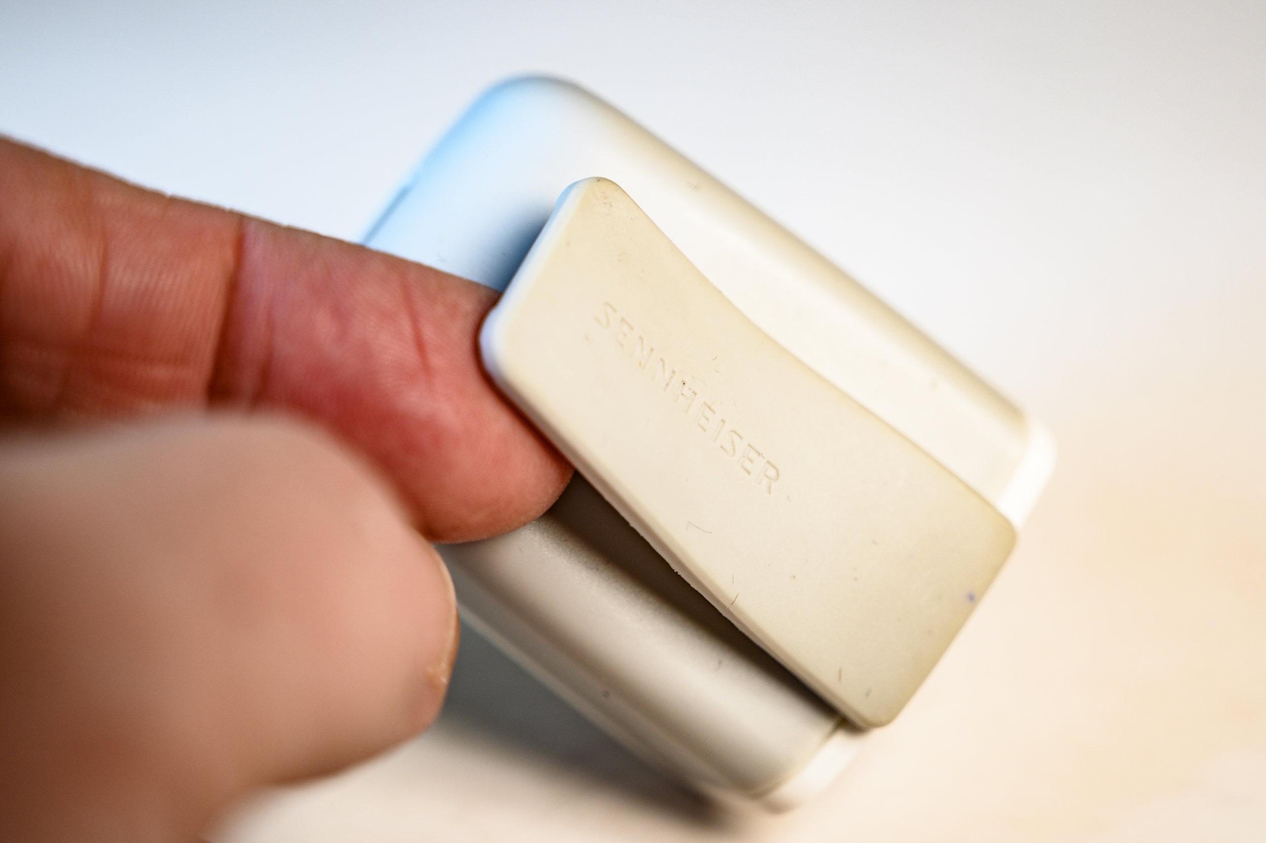 På baksidan sitter en magnetklämma för att fästa Memory Mic i ett rockslag, en skjortficka eller där det passar.