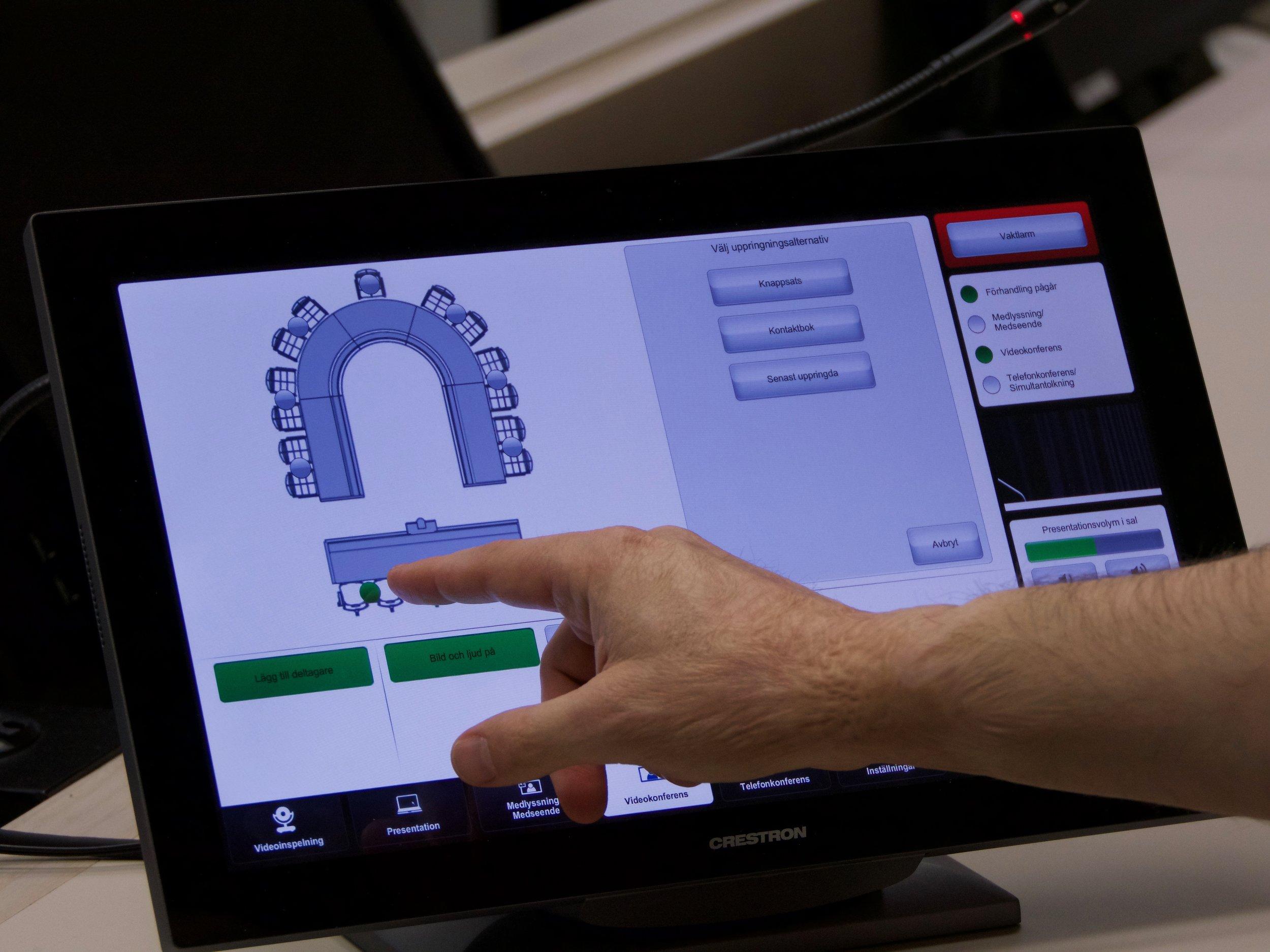 Det är jurister som styr kamerorna och all teknik med hjälp av en pekskärm, som oftast står mellan protokollföraren och domaren.