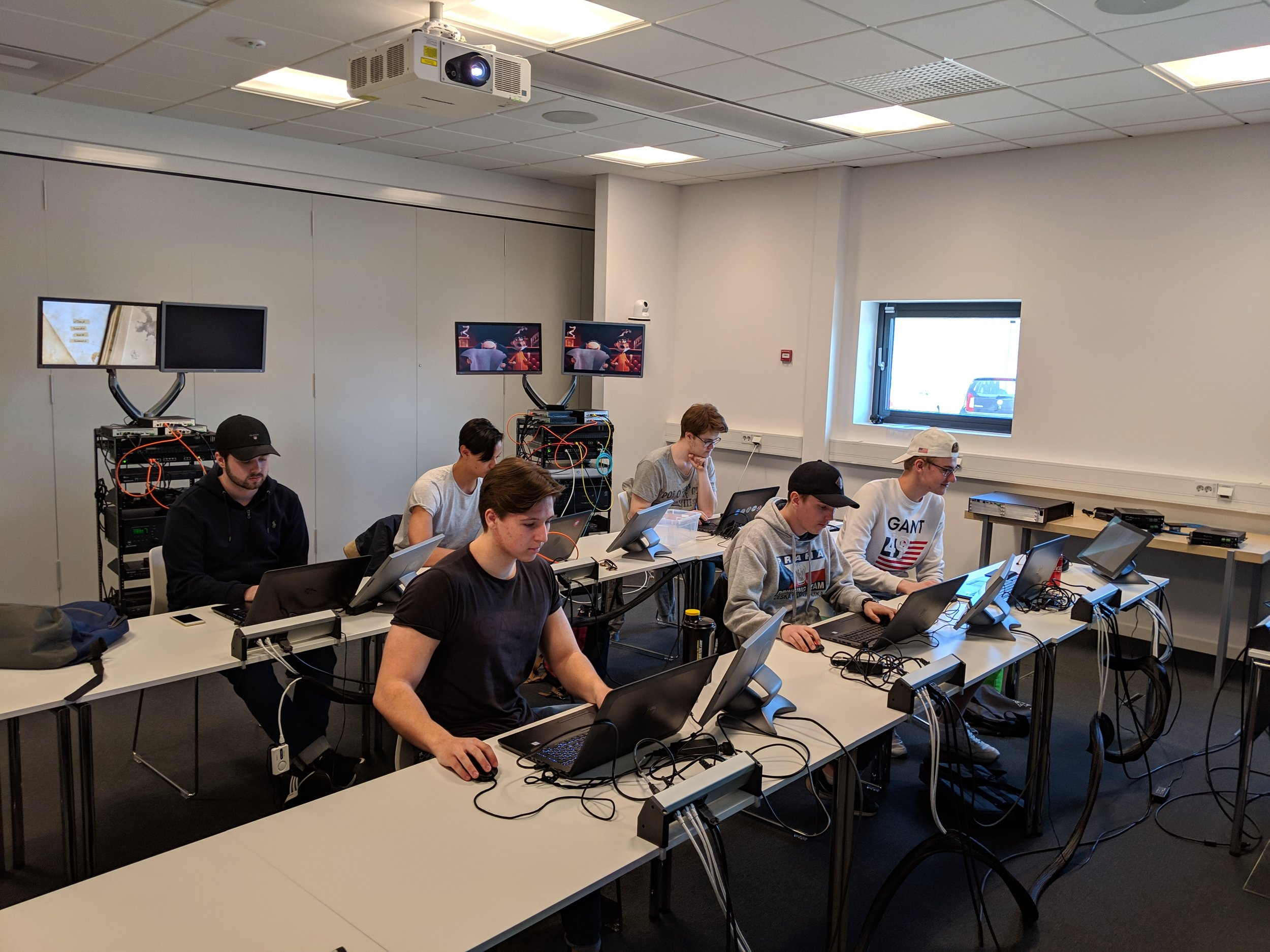 Full fokus hos studenterna i lektionssalen på Special-Elektroniks huvudkontor.