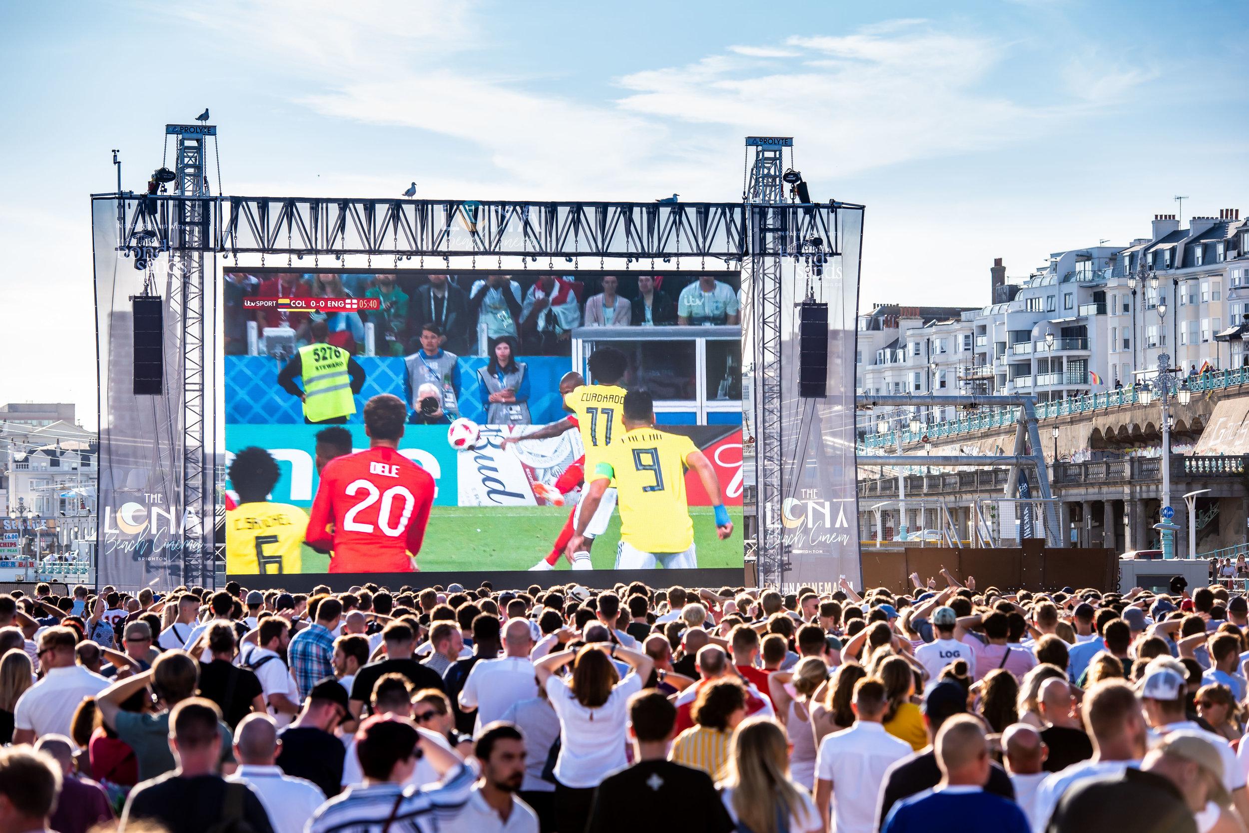 PROLIGHTS LED-väggar används av bland andra Luna Cinema vid filmpremiärer. Eller som här, när man även visade Fotbolls-VM på Brighton Beach med hjälp av OmegaPIX.