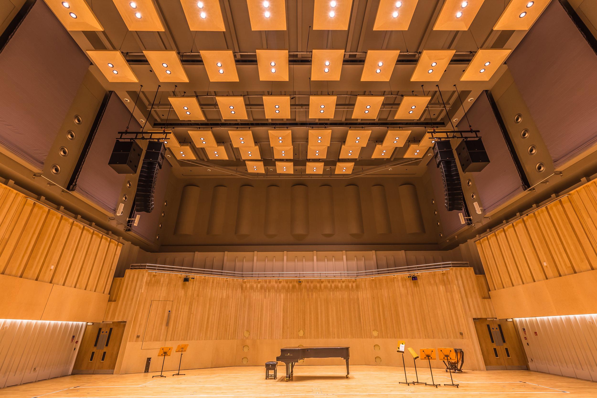 De bästa exemplen där Chroma-Q:s grundidé om flexibilitet i kombination med vackert och kraftfullt ljus är från Västerås konserthus och Den kungliga skotska nationalorkestern (bilden) där båda valt detta då deras musiker har höga krav på ljuskvalitén. Här har Chroma-Q accepterats som en ersättare till traditionellt ljus för klassiska orkestrar.