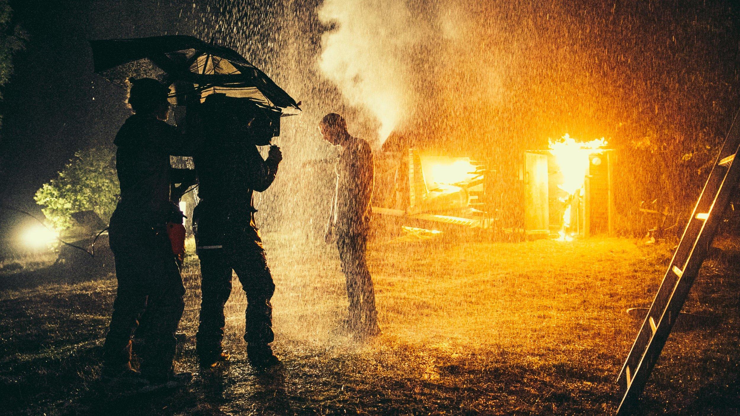 Slutnoten i  Den blomstertid nu kommer  filmas under ett paraply skyddande från hällregn. En fullkomligt bombastisk scen.