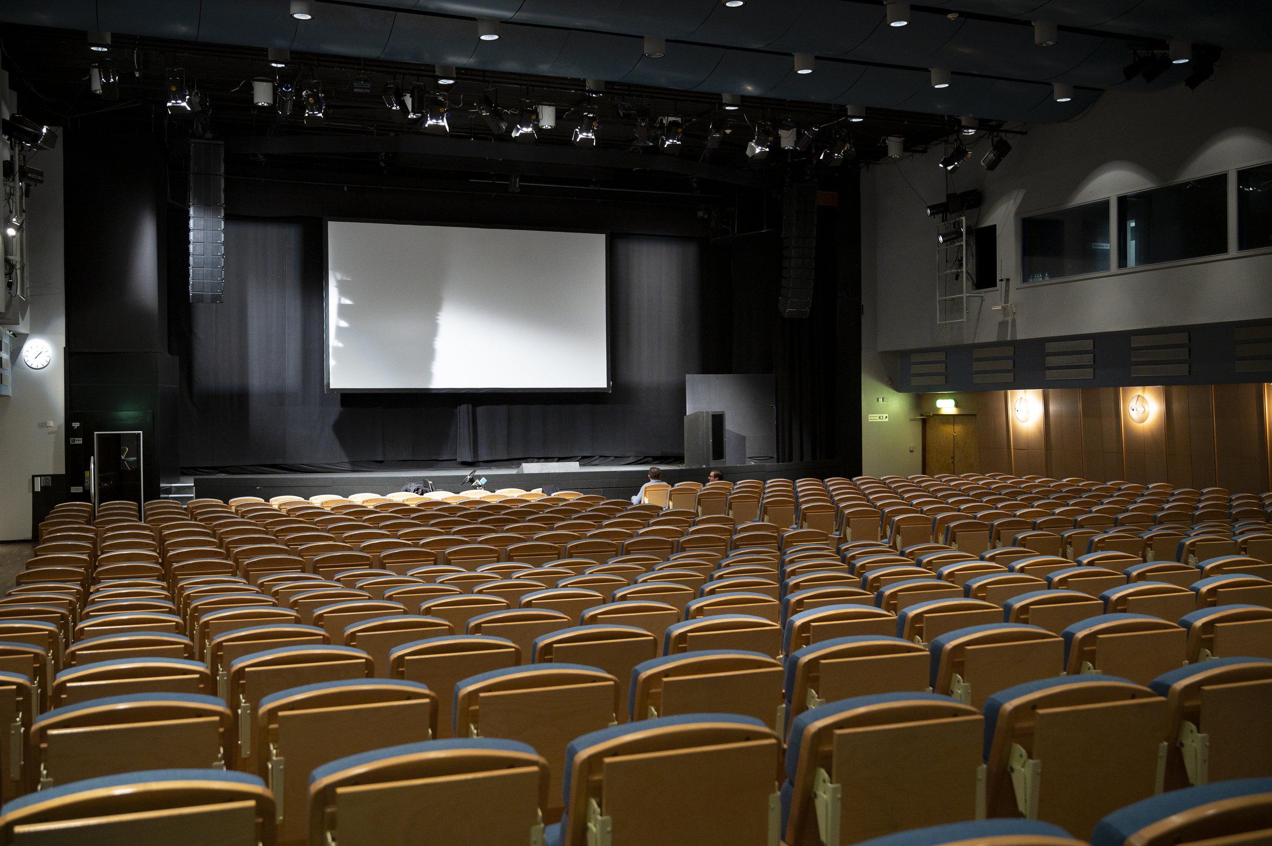 K1 rymmer 506 sittplatser, men högtalarna måste täcka över lite till sal K2 när de båda salarna används som en.