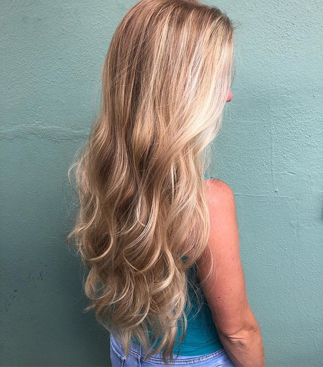 Beachy blonde waves on this summer goddess #orlandohairsalon #orlandohairstylist #trimsalonandspa #balayagehighlights #balayage #blondeme #longhairdontcare #longhair #beachwaves #summertime #summerstyle