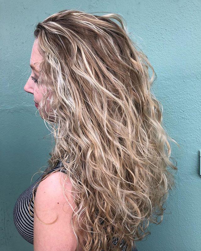 Saturday with this curly haired goddess #orlandohairsalon #orlandohairstylist #trimsalonandspa #balayagehighlights #balayage #ouidad#rakeandshake