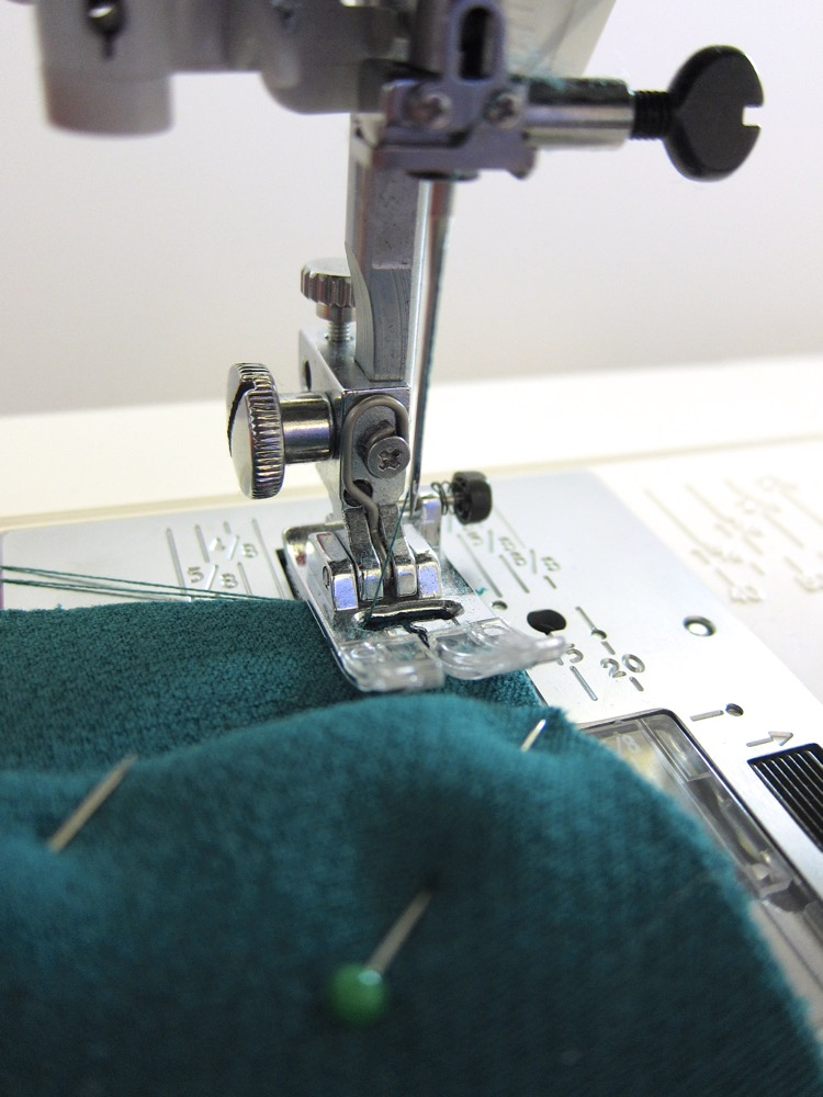 Learn how to use a standard presser foot and its levelling button on Wearologie.com