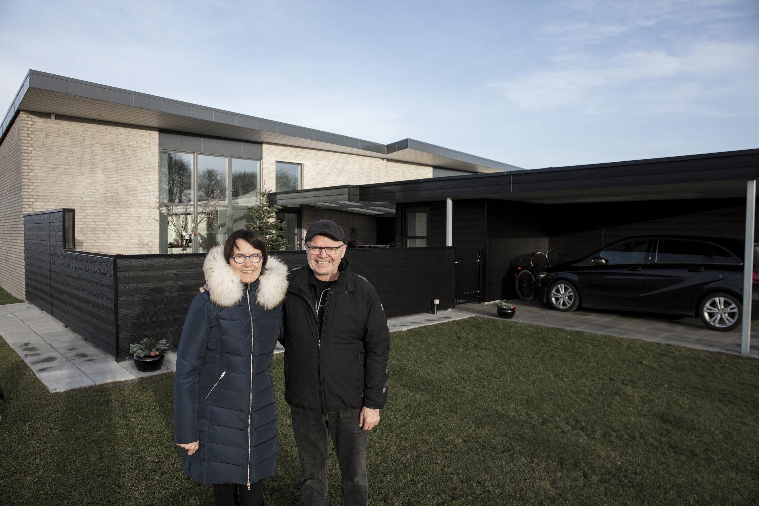 Ninna & Aage i forhaven til deres nye hus på Koustrup Mark i Lind, Herning.