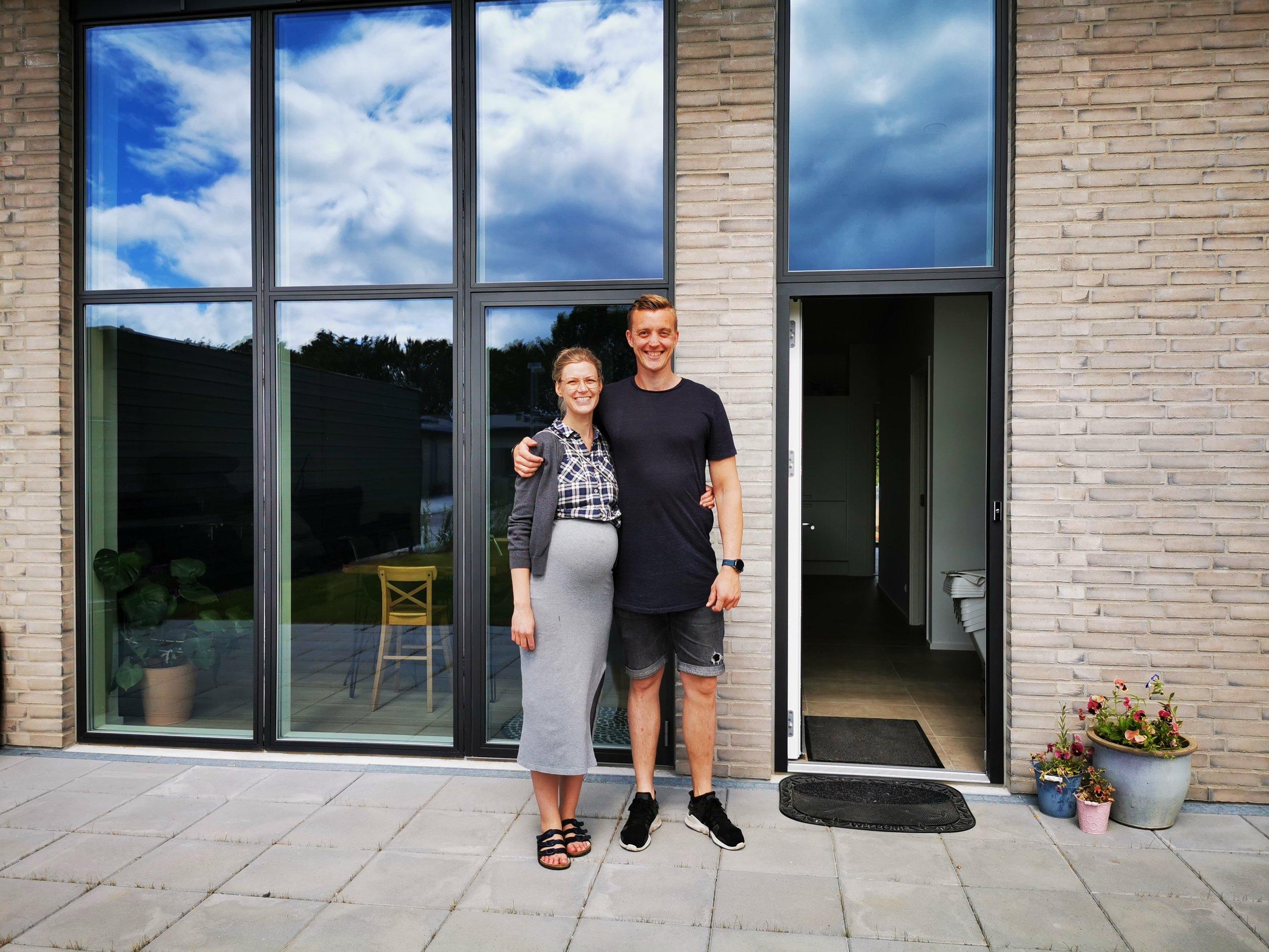 Kristine & Silas på terrassen i deres nye rækkehus på Koustrup Mark i Lind, Herning.