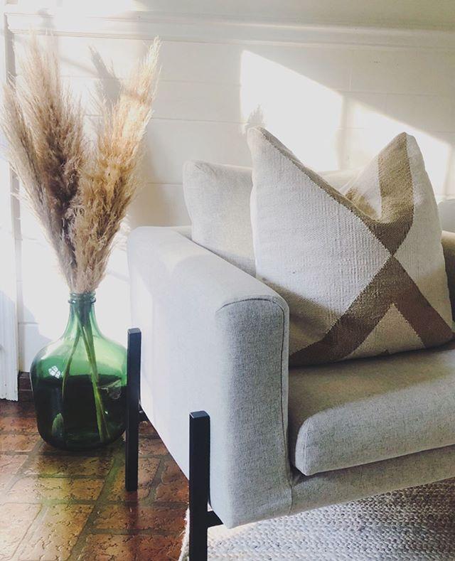 I spy with my little eye...✨ #pampasgrass . . . #marnieweirinteriors #interiorstyling #fallfeels #falldecor #thatsdarling #remodelista #sodomino #interiordesigner