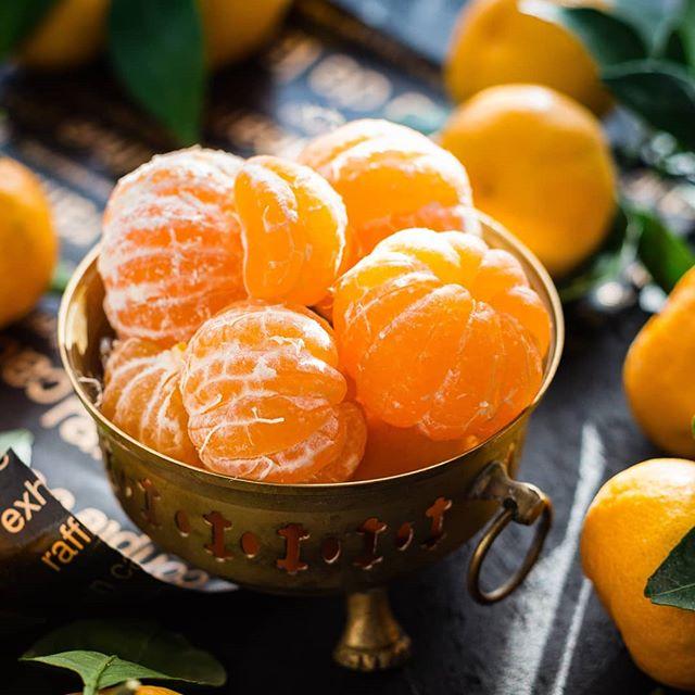 X-mas time is tangerine-time 🍊🍊🍊 • Do you also love them as much as I do? This year I tried to do some homemade tangerine juice on my own. It's yummy. You don't know how to do it - just have a look at my saved stories or just do it with a citrus juicer. • PS: I got the tip from a Brazilian, that it is delicious for Caipirinhas ... and they know how to prepare Caipirinhas. • • Weihnachtszeit ist Mandarinenzeit 🍊🍊🍊 • Mandarinen schmecken süß und saftig. Ich habe heuer zum ersten Mal einen Mandarinensaft selber zu pressen probiert. Er schmeckt echt lecker. Nimm dafür einfach eine Zitruspresse oder presse sie mit der Hand aus (Anleitung in meinen gespeicherten Stories). • Ich habe von einer Brasilianerin den Tipp bekommen, dass er auch für Caipirinhas sehr lecker ist... und die wissen, wie man Caipirinhas macht. • • Guten Rutsch 🥂🥂🥂🥂