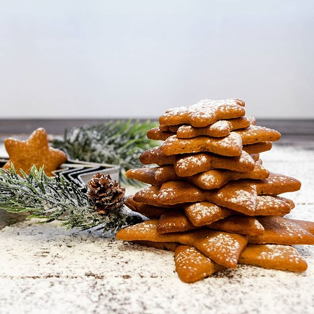 Gingerbread 🎅🍘🎅 (German version: Link in Bio) • Liam (1y9m) and I can't get enough of these cookies... Recipe is from iamgreen.at 🤗 • • # 2 tablespoons (coconut) oil  # 3 tablespoons apple puree # 6-8 tablespoons agave syrup or maple sirup # 200 g whole (spelt) flour # 1 teaspoon baking powder # 1 tablespoon of gingerbread seasoning # 30 g cocoa powder • Mix oil, appple puree and syrup. • Then add all the other ingredients. • Knead the dough until it softens. If necessary add more flour or apple puree. The dough should not stick to the hands anymore. • Put the dough for 30 min as a ball into the fridge. • Preheat the oven to 180°C. • Roll out the cold dough between 2 sheets of baking paper. It should be about 0.5cm thick. Cut out the gingerbread. Put it into the oven for 10 min.