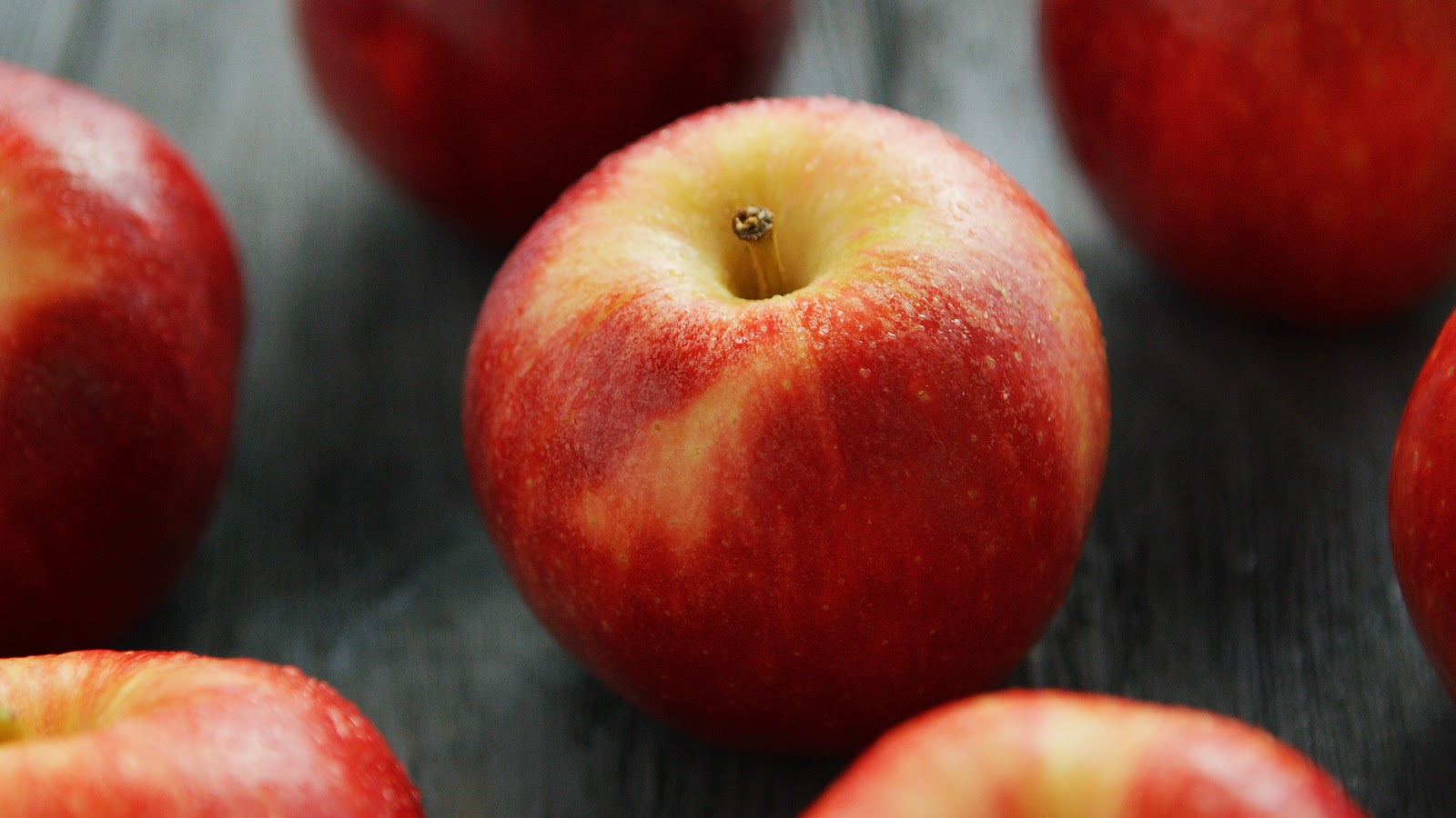 ripe-apples-on-table-BAD3NLY (1).jpg