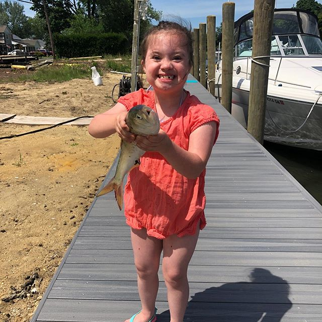 One of our local fishermen showing off her catch! ☝🏻🐟👑🐙🦀🦞🦐 #tastethedifference #bnbfish #bnbfishandclam #seafood #longislandseafood #ifitswimsaskforit #makaylabowman #princess