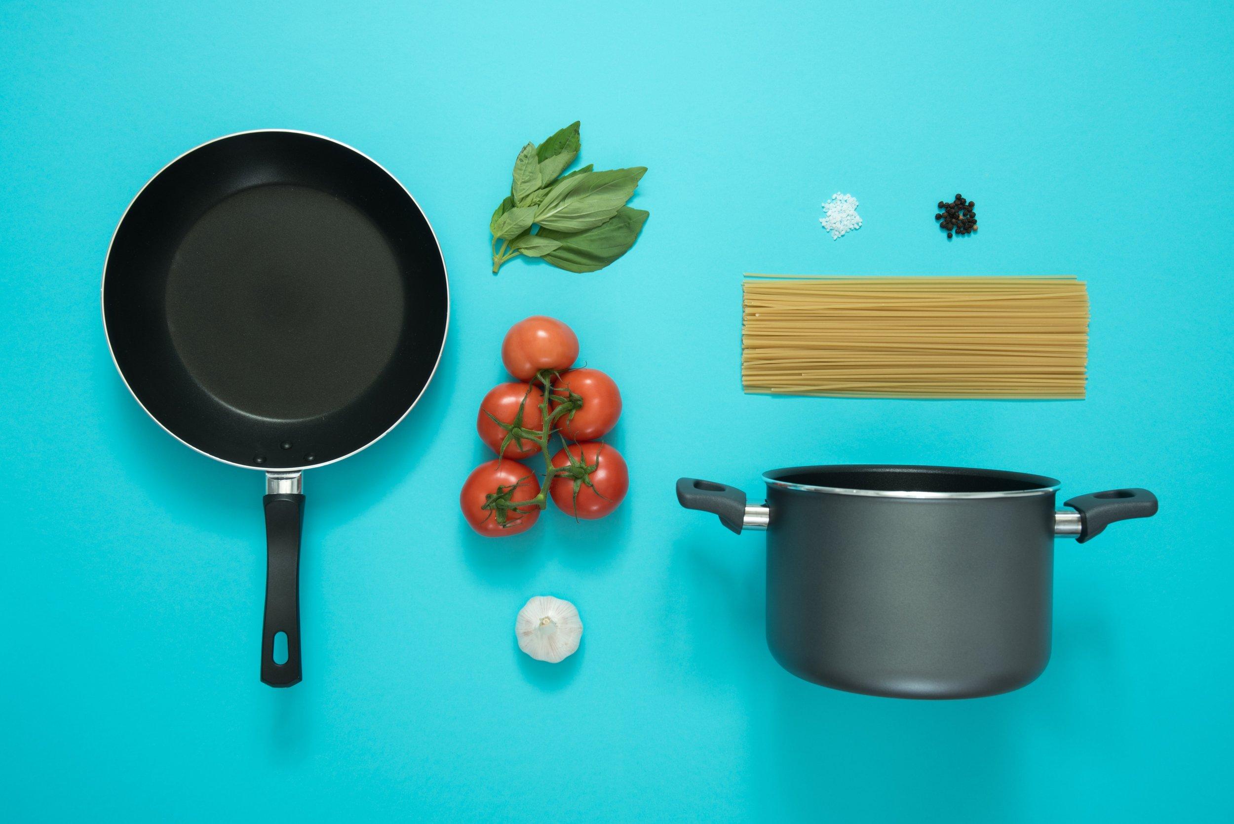 cookware-frying-pan-garlic-877226.jpg