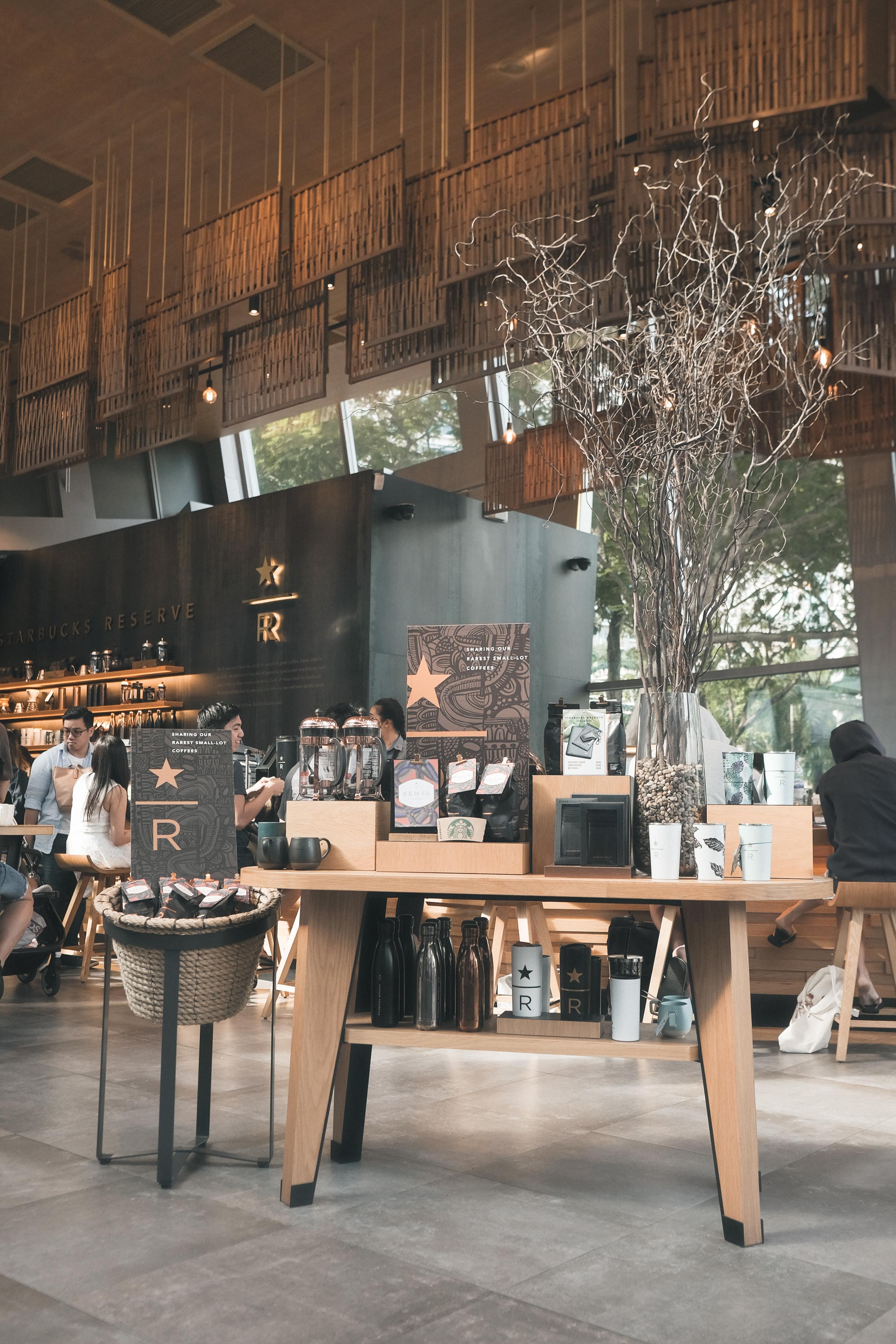 """最后找到了这家Starbucks。熟悉的喧闹声配上漂浮的咖啡香还有两本""""小日子""""。这家Starbucks 也有个特别的Starbucks Reserve。只可惜我们不是实在的咖啡迷。 We settled for Starbucks at United Square. We didn't realise how beautiful it looked inside, and was also surprised by the Starbucks Reserve collection."""