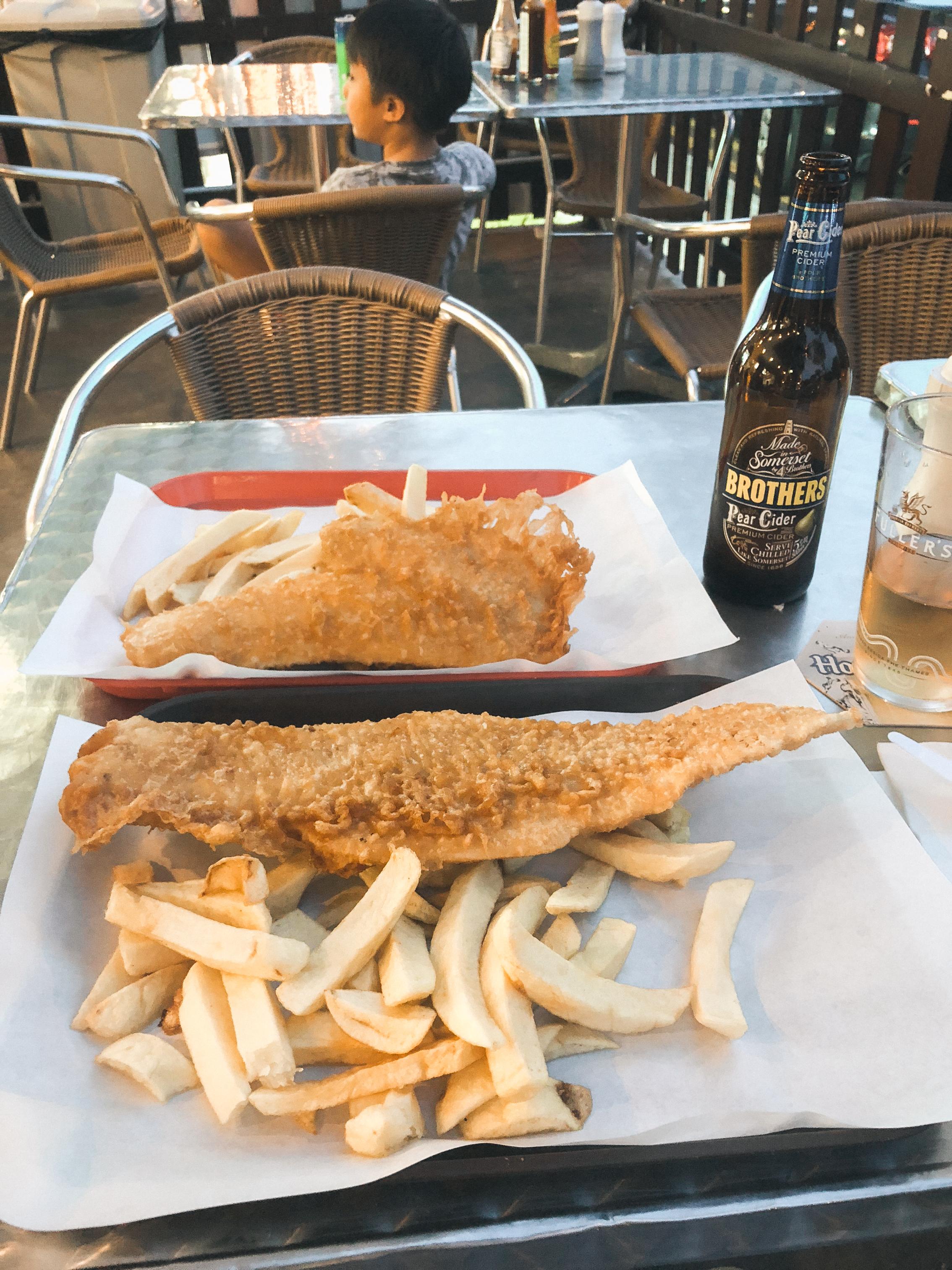 之后散步到Smith's Fish & Chips. 终于试到了。贵了点,但果然名不虚传。 Tried Smith's Fish & Chips for the first time. The best we've had in Singapore.