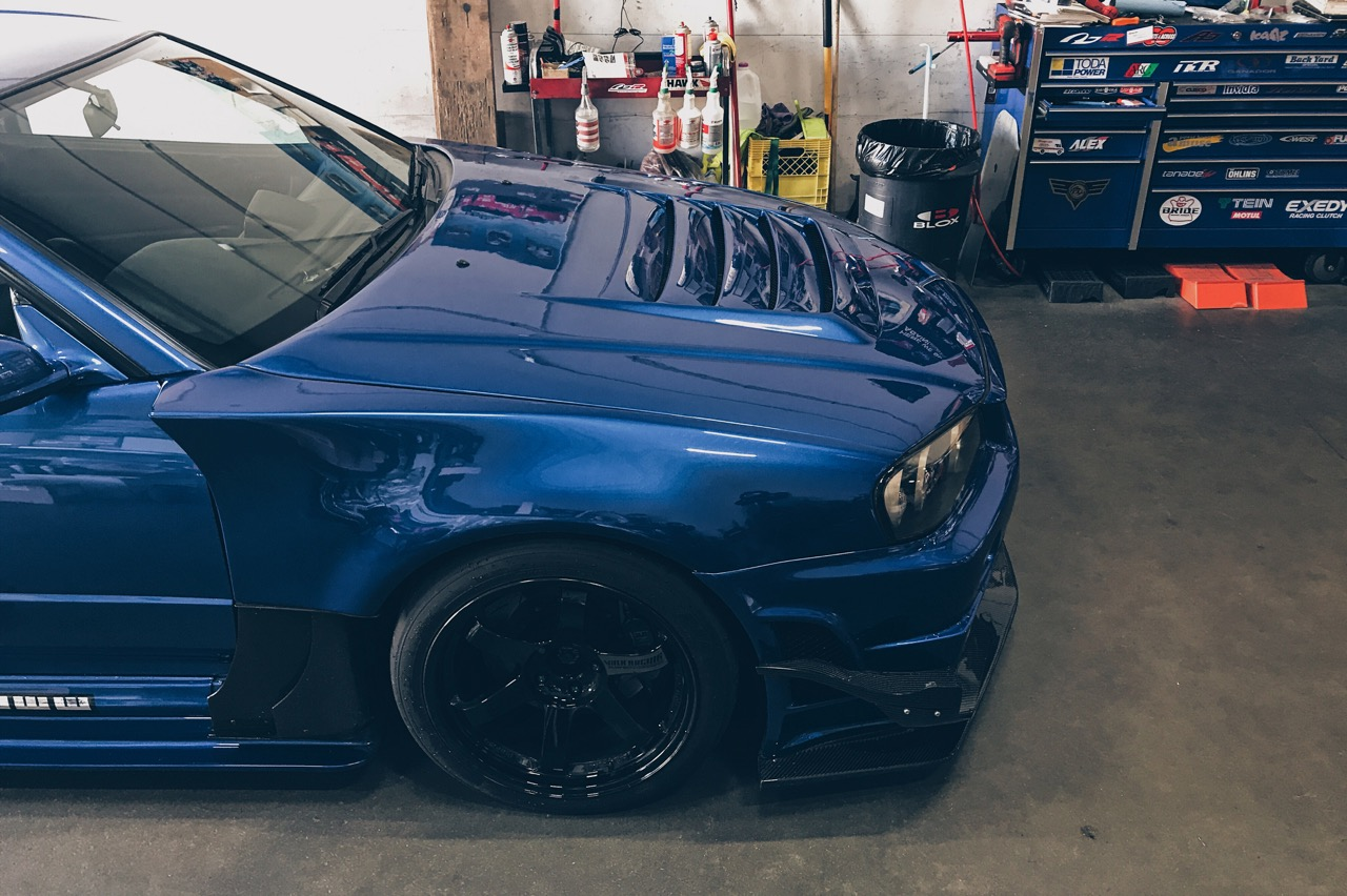 I've heard mixed comment on installing aero/body kit on a R34 GTR. I personally prefer to have a more aggressive look on my track car. I remember seeing these Garage Kagotani fenders and side skirt on ATTKD demo cars back in the days and I told myself that if I ever got a R34, this will be it. This is by far my favourite part of the build. The wider fender also allows me to run my 18x11 +15 TE37 in the front without any rubbing issue.