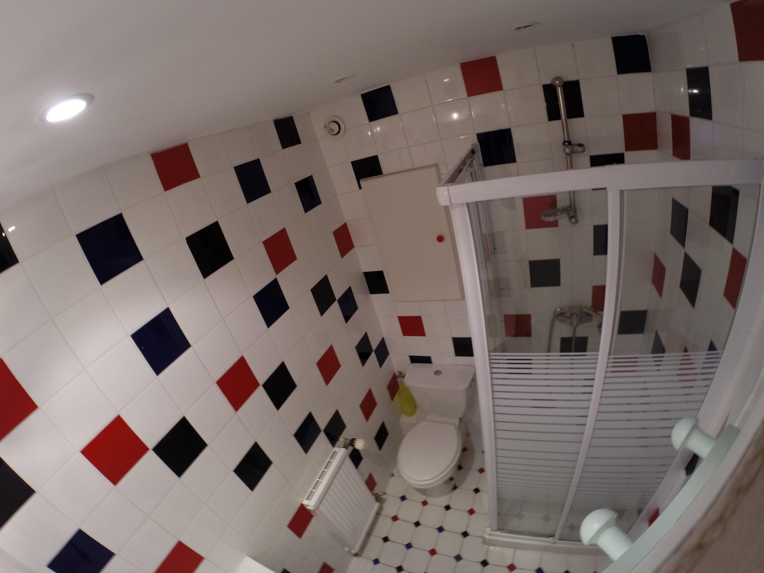 surf camp biarritz studio cote des basques - salle de bain