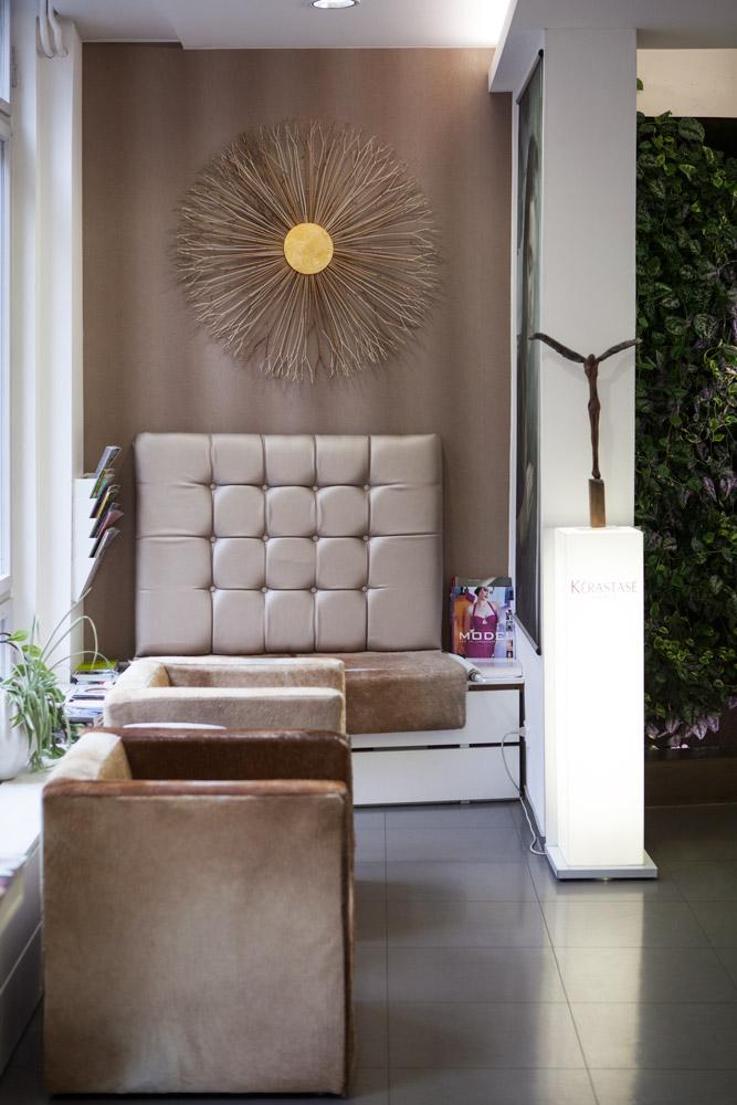 Der Wartebereich für unsere Kunden – ausgestattet mit selbst entworfenen und gebauten Möbeln