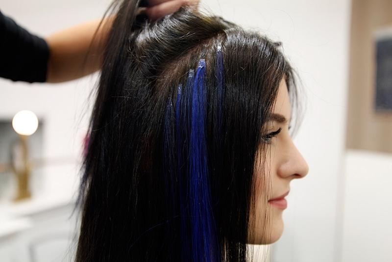 Mehrere starke und weniger starke Echthaar-Farbakzente bereichern nun die Haarpracht.