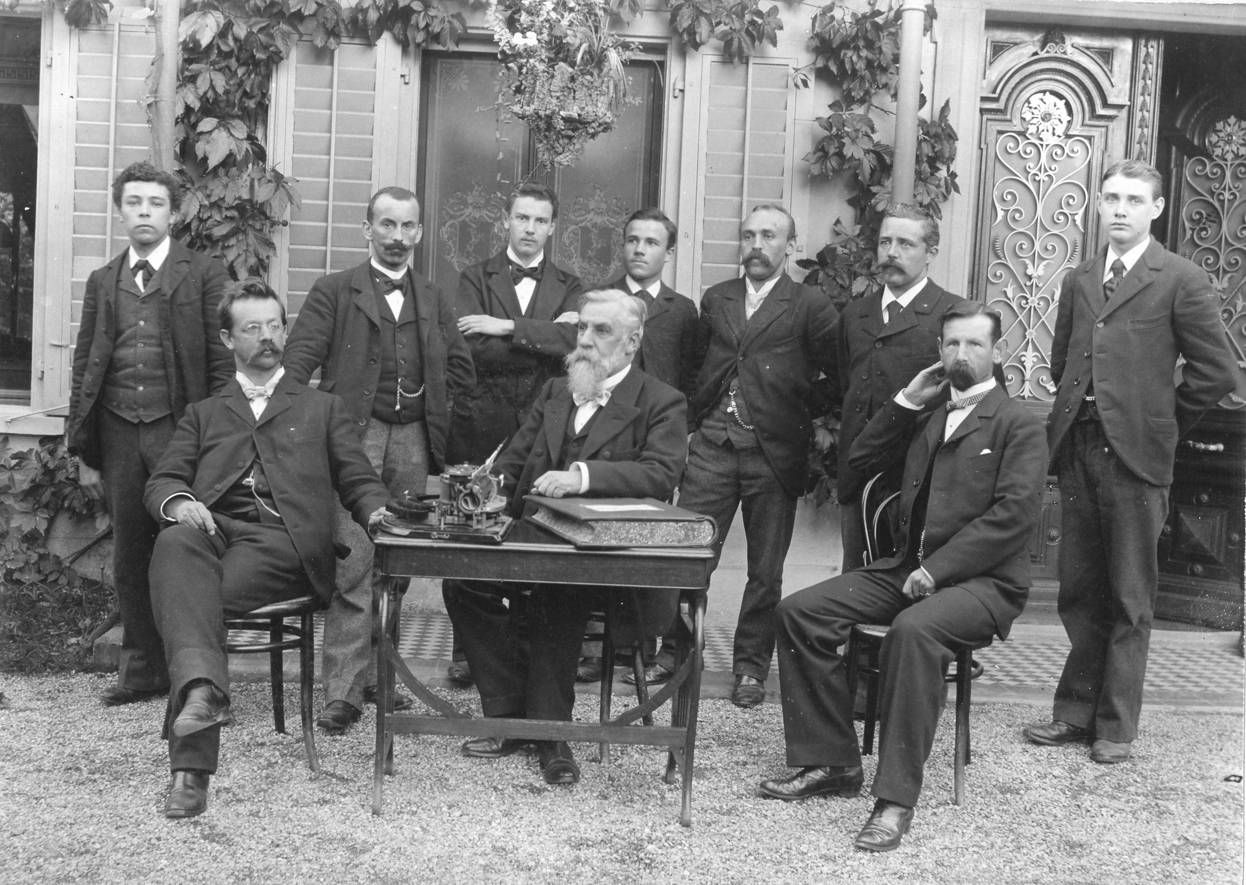 v.l.n.r. Friedrich Wilhelm Schindler, Cosmos Jenny, Hauptmann Dieter Schindler (sitzend) mit Prokuristen