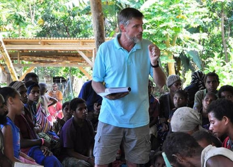 Jonathan Kopf teaching a group of Hewa people
