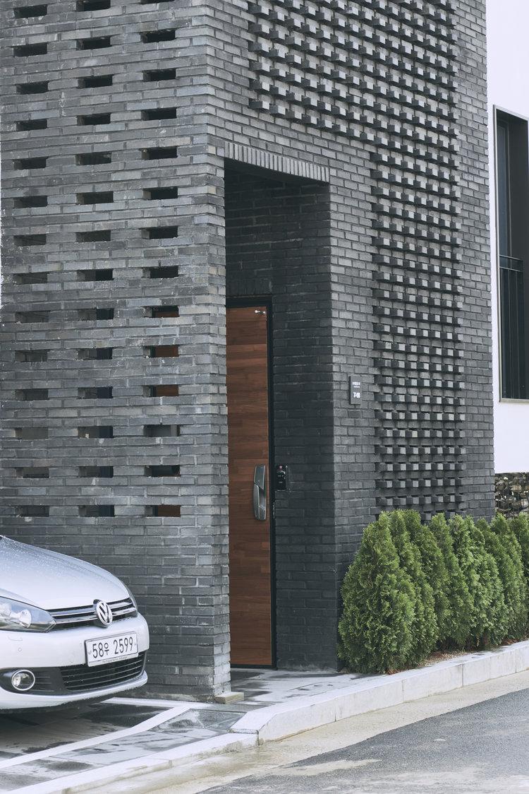 Entrance Door - Layer House, Seoul, South Korea - Prime Architecture