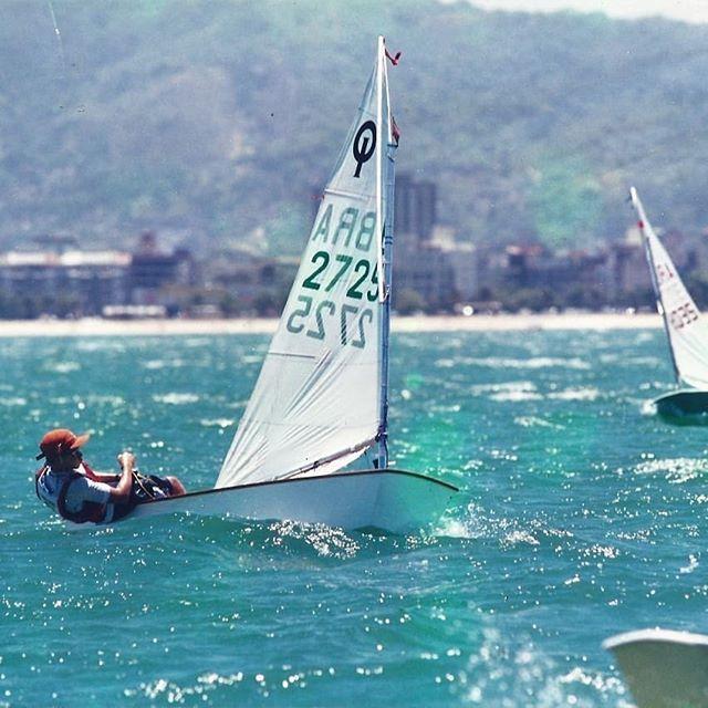 Uma vida sobre as águas...vou confessar, é divertido!!! Essa foto foi no Campeonato Brasileiro de Optmist, ano 2000...muito feliz por transformar meu hobby na minha profissão. Mais uns anos vou ter mais tempo na água que em terra. 🤩 . . . . #sailboat #sailing #puravida #optimist #ocean #outsideliving