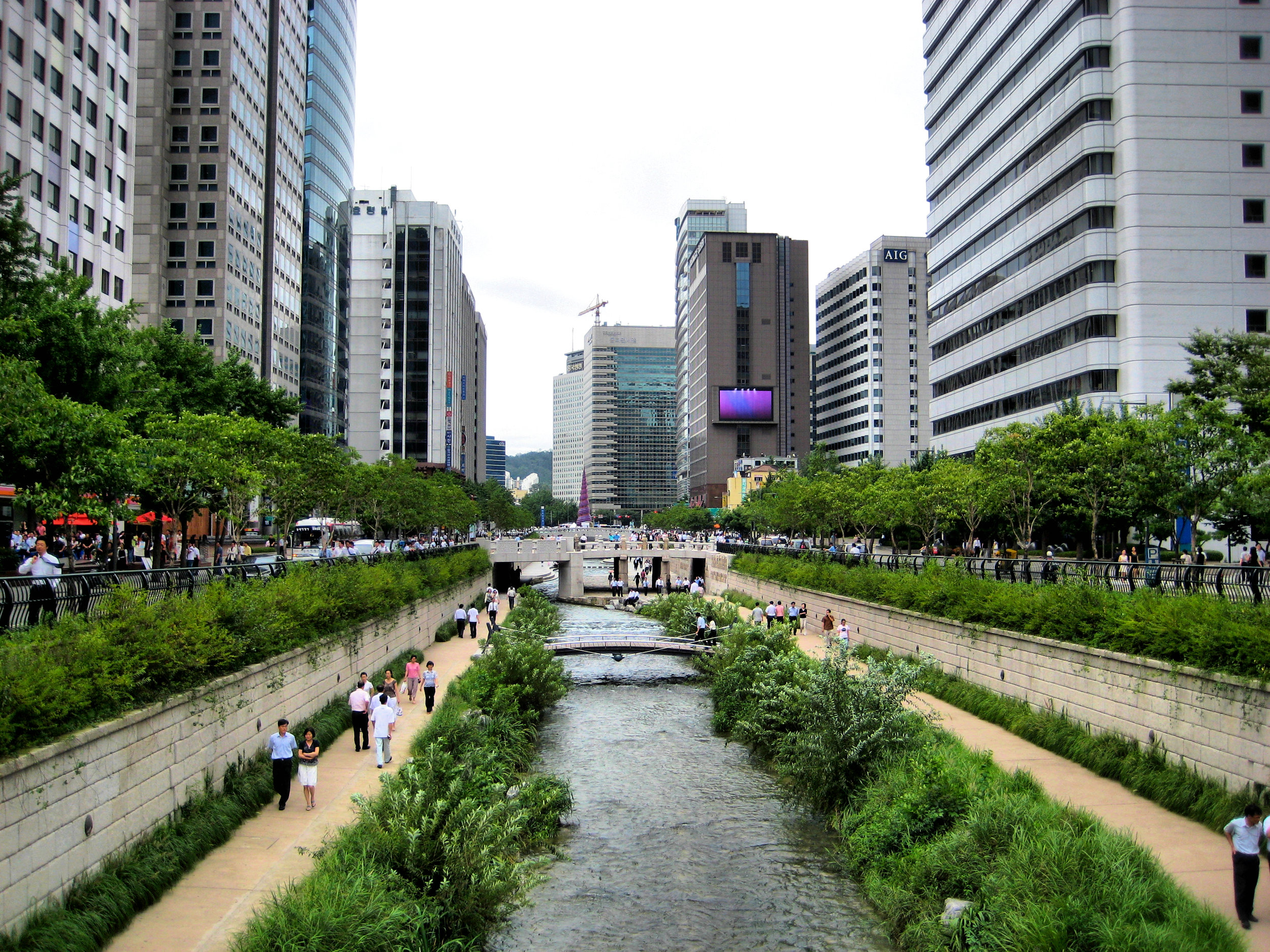 Urban re-connection through the reinterpretation of infrastructure in Seoul.  Cheonggyecheon stream. Author. Francisco Anzola. Transferred from Flickr via Flickr2commons. Available in Wikimedia Commons. 15 April 2014. Seoul, S. Korea. Registered under Creative Commons 2.0 License.
