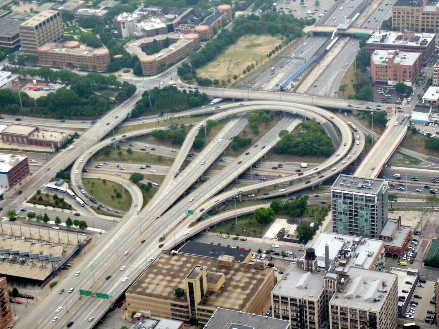 Urban fragmentation created by an interchange in Chicago . Overhead photo of the Circle Interchange in Chicago, IL. Source=self-made  Date=August 12, 2006  Author= Stratosphere. Image registered under Creative Commons 4.0 license.