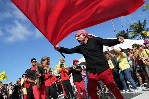 Papel Machete se ha caracterizado, desde su fundación, por el uso de títeres, máscaras y objetos para crear un teatro de educación popular y agitación en apoyo a las luchas obreras, estudiantiles y populares en Puerto Rico.