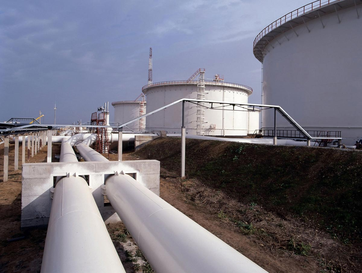 Pipes-transporting-oil-to-storage-tanks.jpg