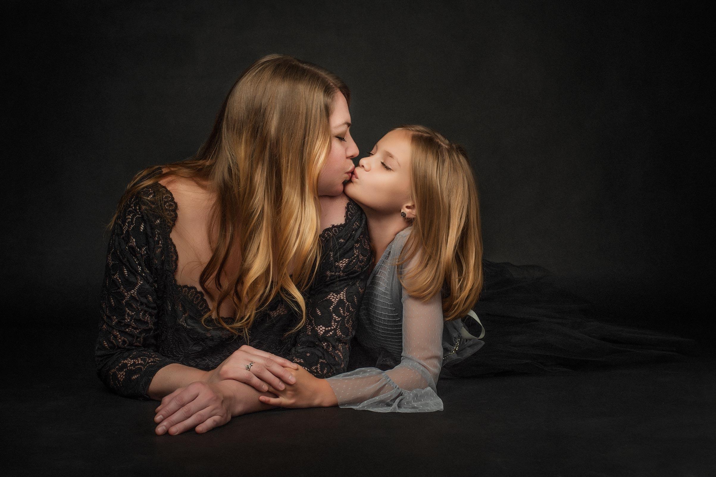 barbara_macferrin_photography_boulder_colorado_80303_fine_art_family_mother_daughter_kiss.jpg