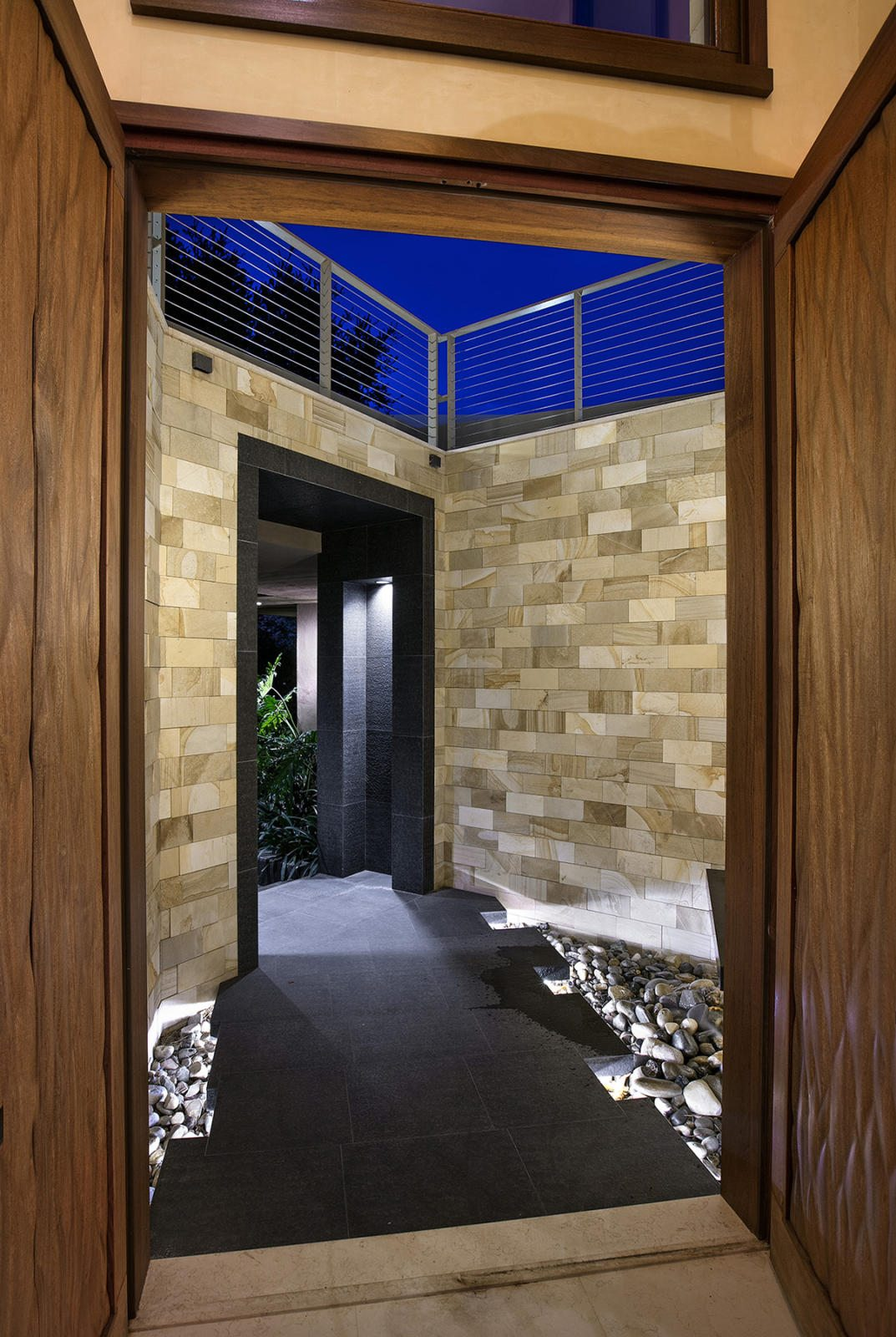 Modern-Indoor-Outdoor-Living-26-entrance.jpg