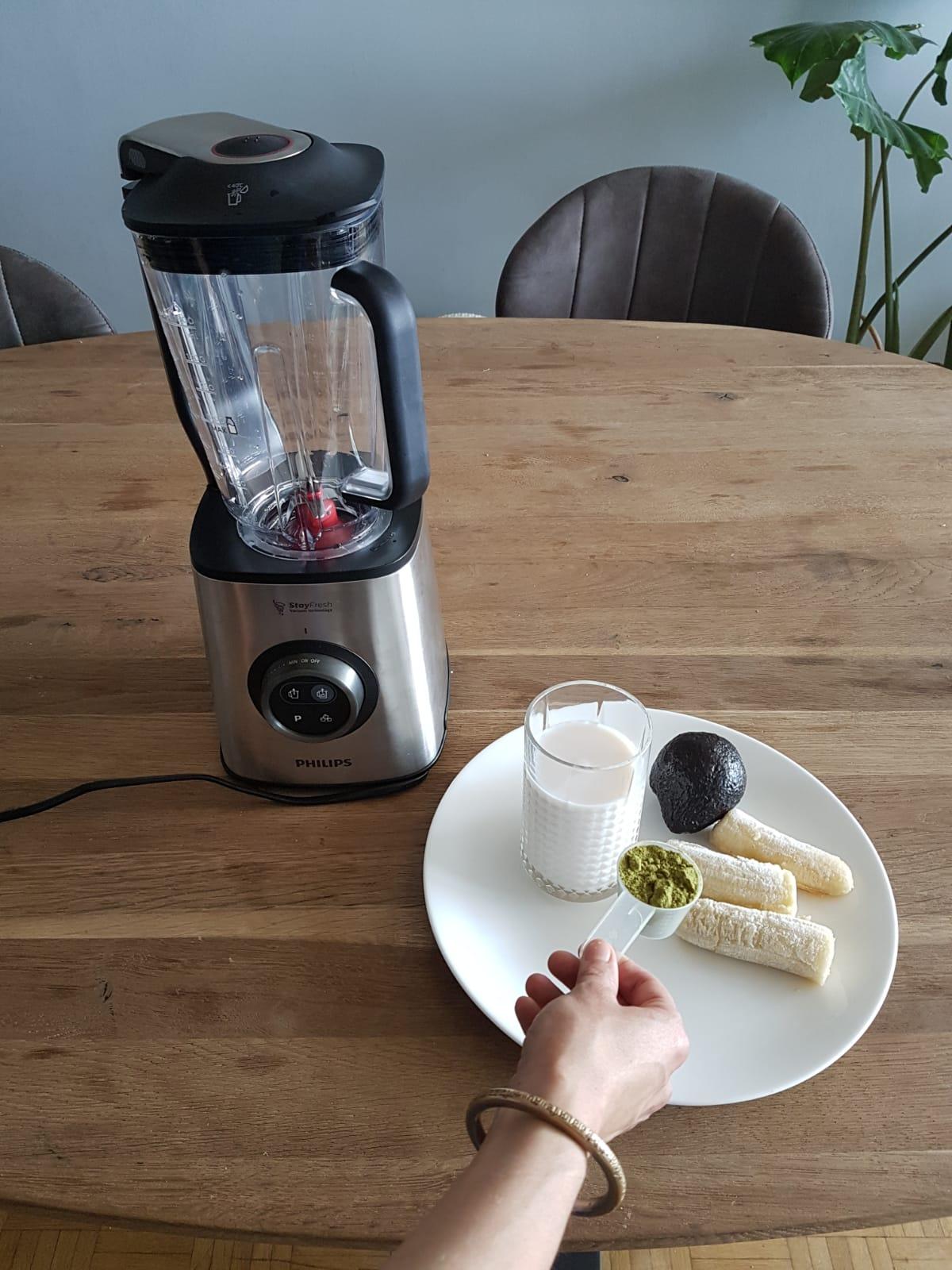 Ontbijtsmoothie - 1 glas rijstmelk, 1,5 bevroren banaan, 1 schep proteïnepoeder, 1/4 avocado