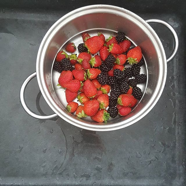 Merry berries 🍓🍓🍓 #mondaymorning snack