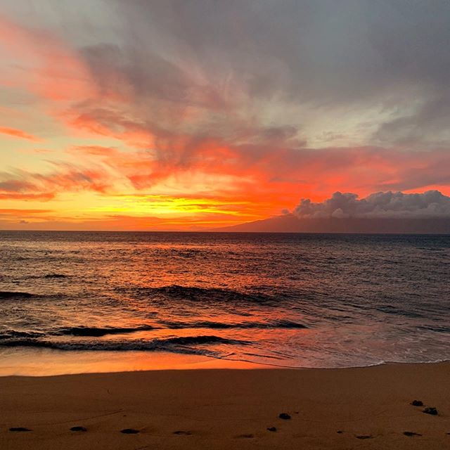 What an amazing Maui sunset yesterday! 🔥