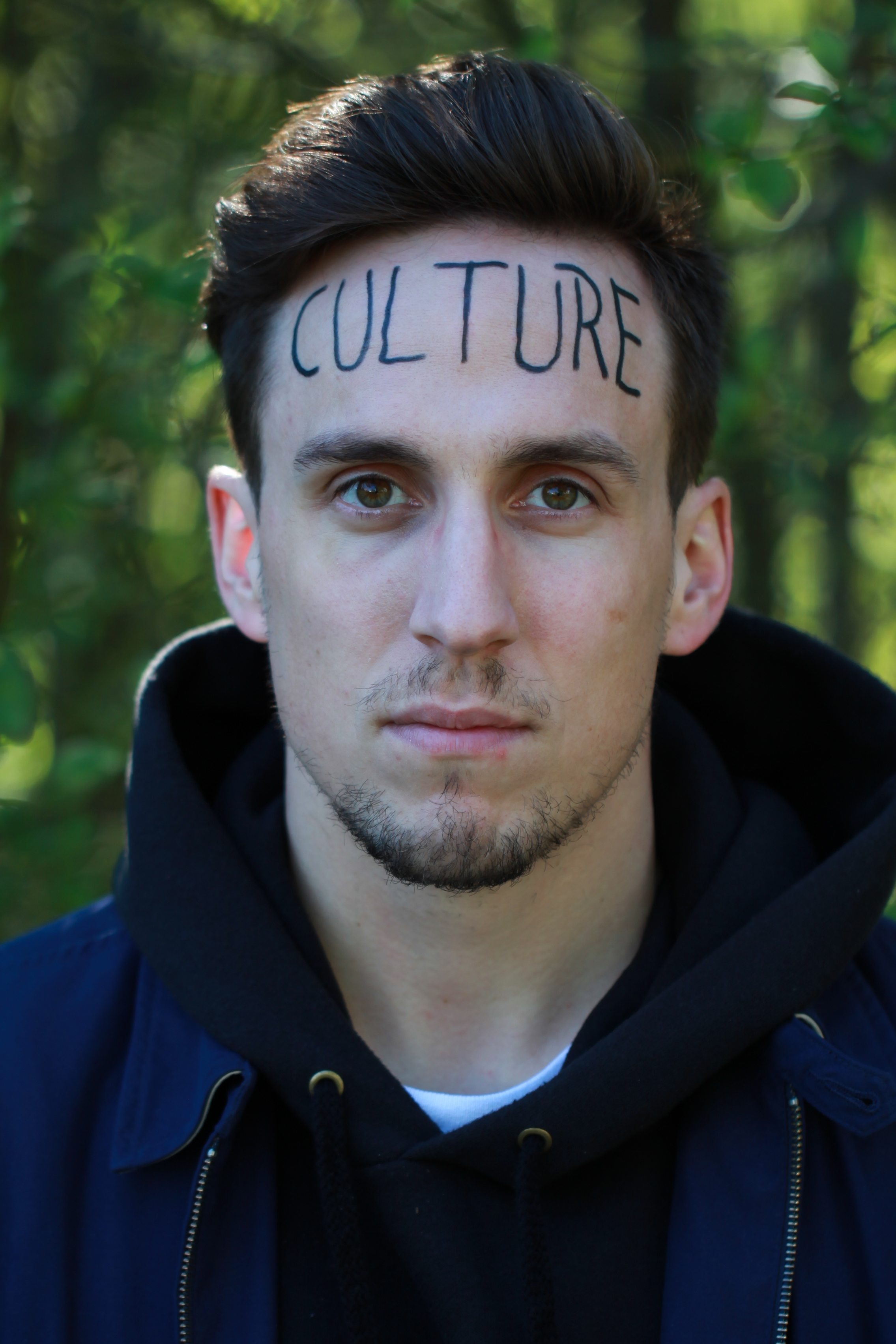 Yoann Provenzanno - Humoriste SuisseJ'ai choisi d'écrire CULTURE sur mon front pour plusieurs raisons. Tout d'abord j'ai pas mis un mot trop long autrement ça aurait vraiment montré que j'ai un front démesuré et ce n'est pas le but de l'exercice.J'ai choisi CULTURE, parce que c'est au centre de l'humanité. La culture, c'est le fruit du sol. La culture, c'est le fruit de l'intellect. La culture, c'est le fruit des interactions entre les gens. Avec de la culture, on peut partager de la nourriture, on peut partager des informations, on peut partager des valeurs et rien que ça, c'est la recette pour pouvoir interagir avec le monde entier.Pas de culture évoque une famine, une pauvreté d'esprit, une non-appartenance à un groupe, mais si l'on se partage cette (ces) culture(s), on peut remédier à beaucoup de soucis.Aujourd'hui, le terme culture est plus que jamais au centre des préoccupations, avec des personnes migrantes qui arrivent dans un endroit qui n'a pas la même culture qu'eux. Avec des pseudo-terroristes qui n'ont pas la même culture de la liberté d'expression, de la religion que personne. Avec des gens qui ne peuvent pas faire de culture, ne serait-ce que pour manger.La culture c'est important, parce que c'est en la partageant, que l'on peut peut-être résoudre beaucoup de problèmes, d'ailleurs tiens, je te donne 10 cultures (ça veut rien dire). Et finalement, c'est pas parce qu'on cultive pas la même chose, qu'on ne peut pas se nourrir et apprendre de celle des autres.Oulàh. J'ai été beaucoup trop sérieux, tiens, j'ai pété.