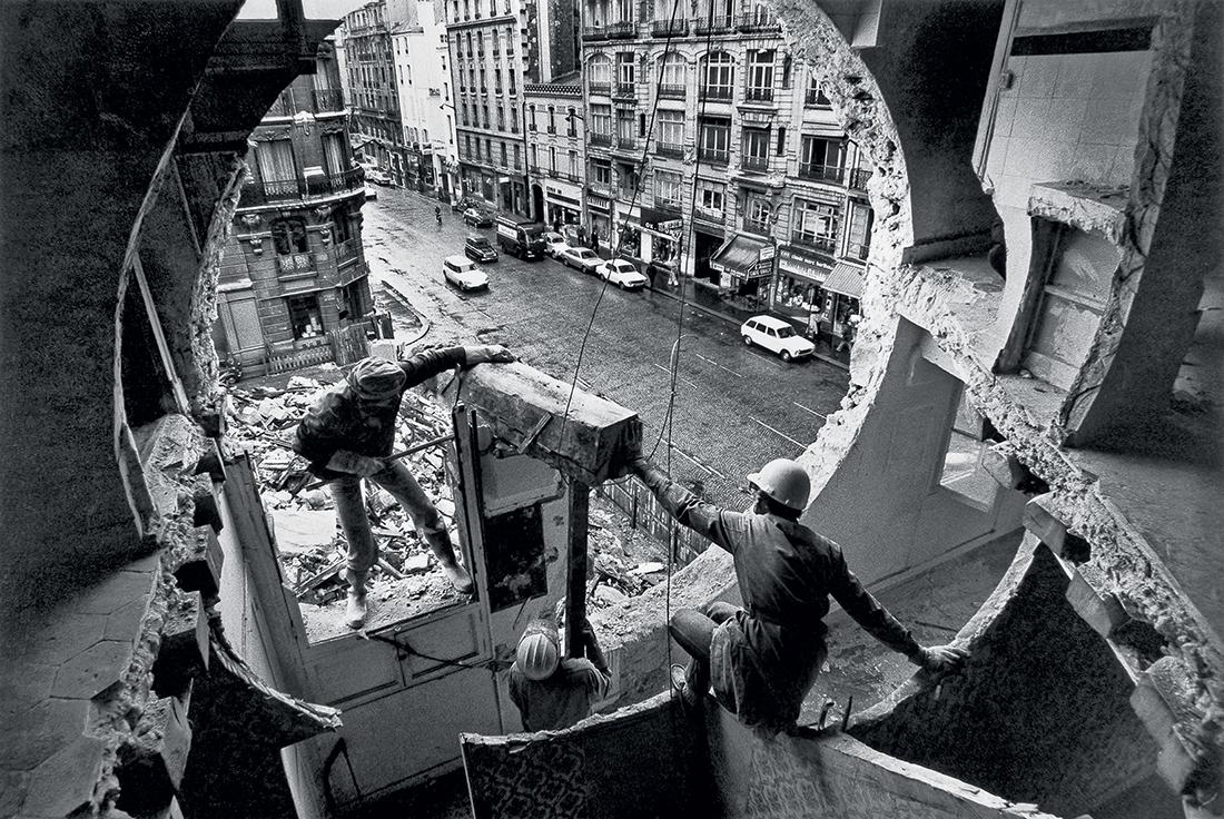 Gordon Matta-Clark et Gerry Hovagimyan travaillant à Conical Intersect. Rue Beaubourg, 1975. Harry Gruyaert / Magnum Photos