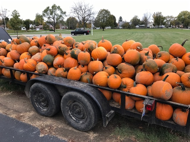 WT's version of the Great 🎃  rolled into Lincoln Elementary School today - approximately 275 pumpkins!! All kindergarten, 1st and 2nd graders will take one home.